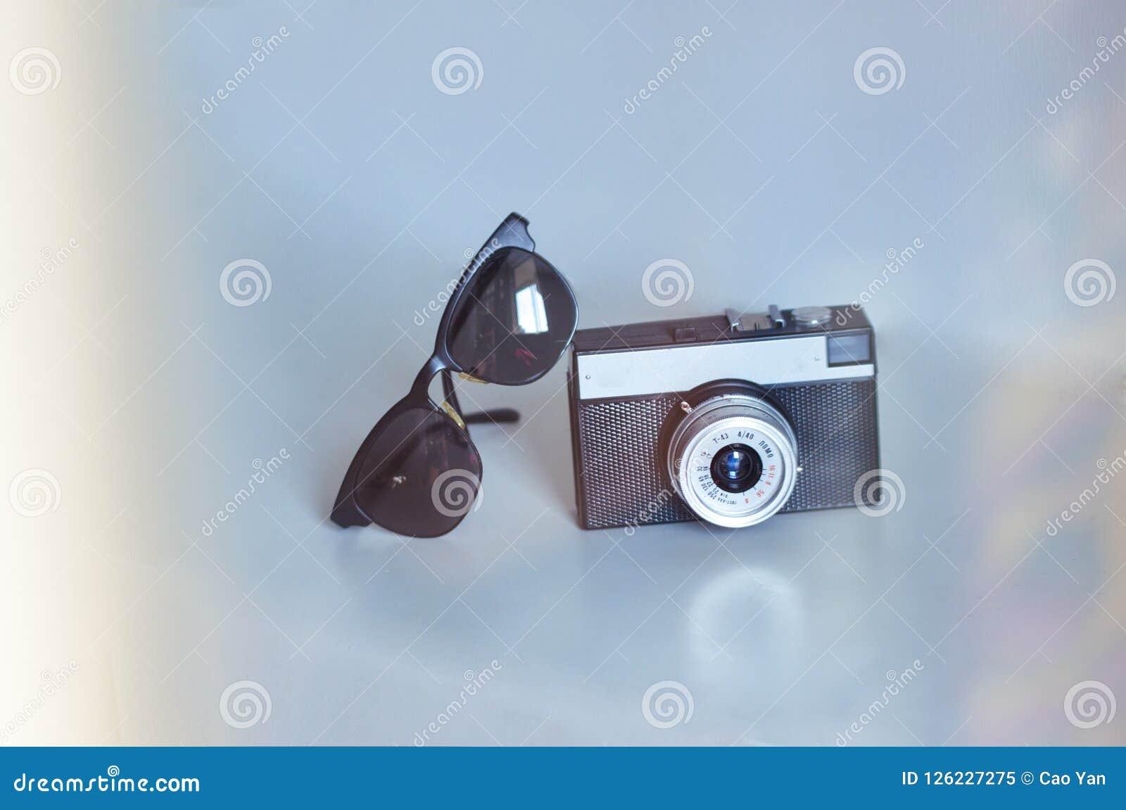 Resa på semester, en tappningkamera och solglasögon