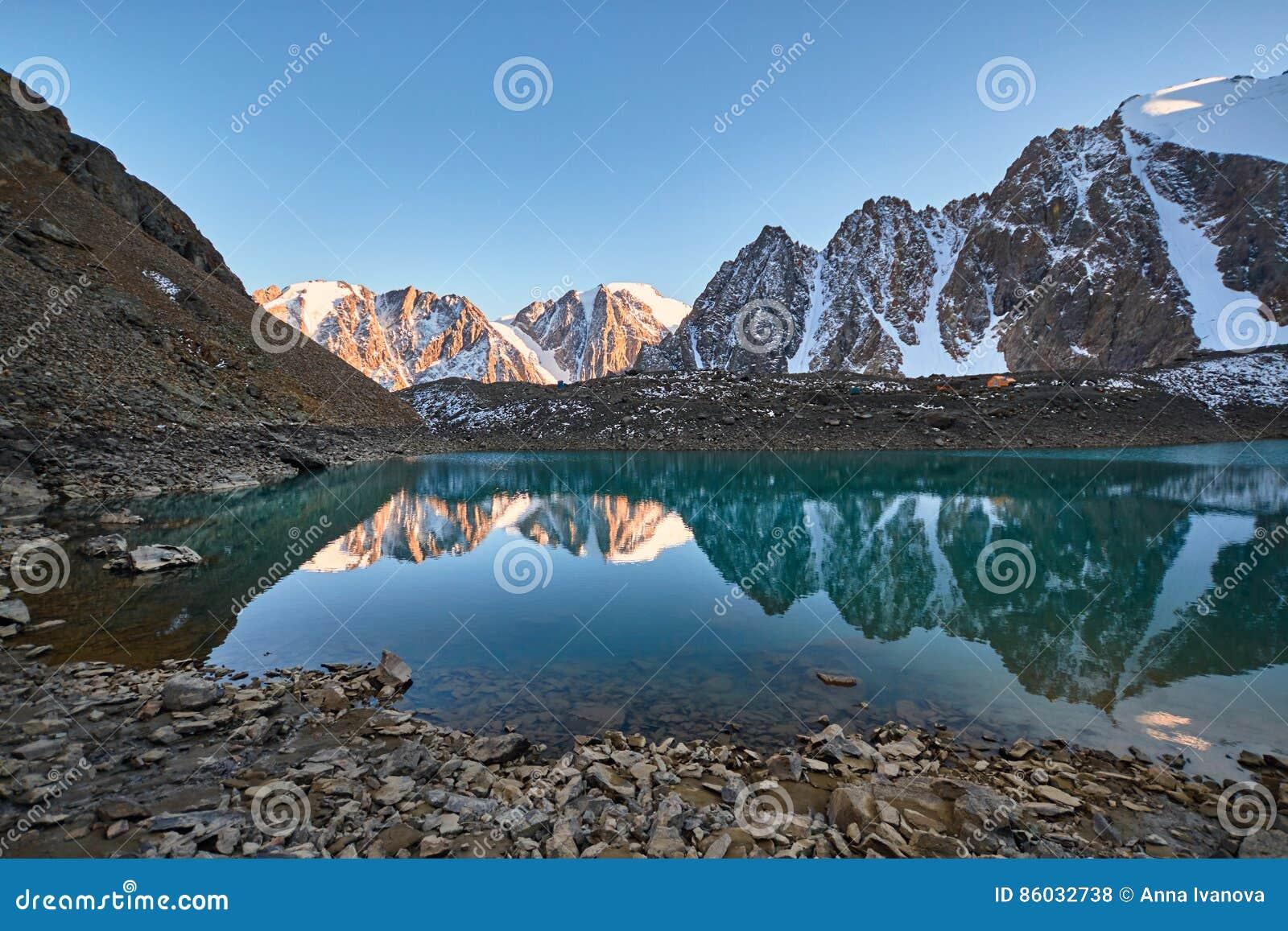 Resa till och med Altai berg till Aktru Fotvandra till snöig maxima av Altai berg Överlevnad i hårda villkor, härlig natur