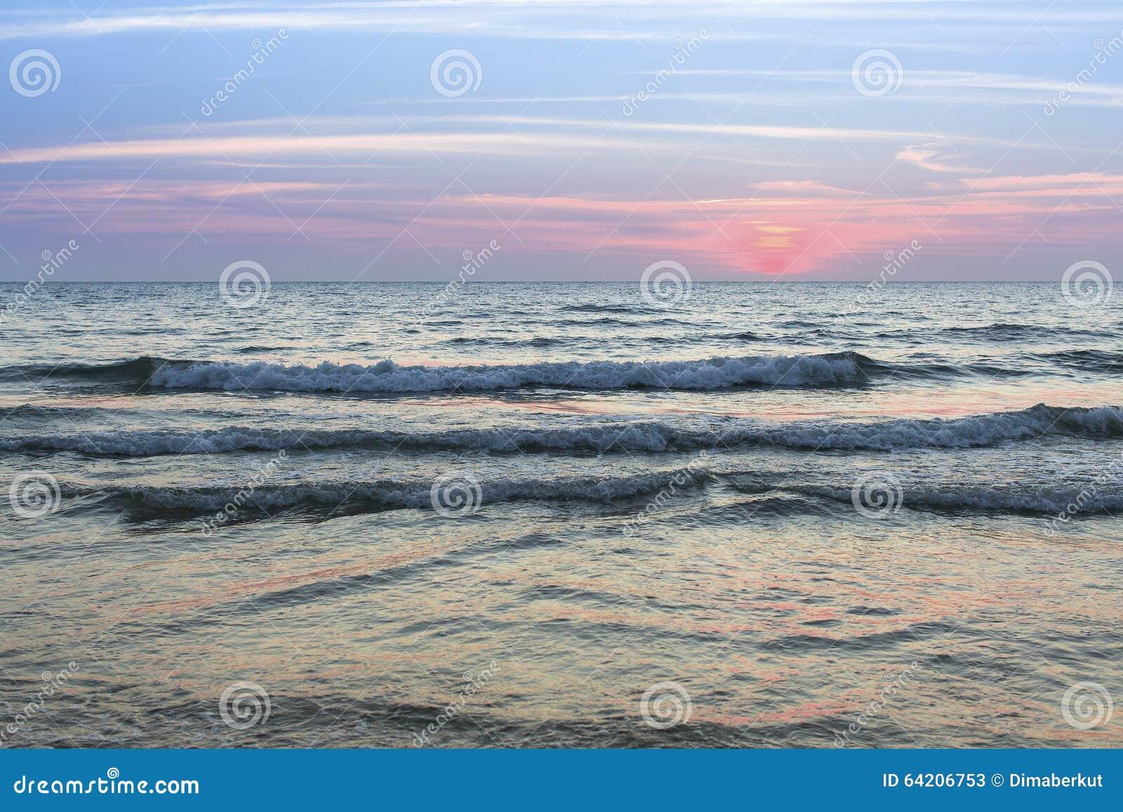 Resaca de la tarde del mar durante puesta del sol Naturaleza