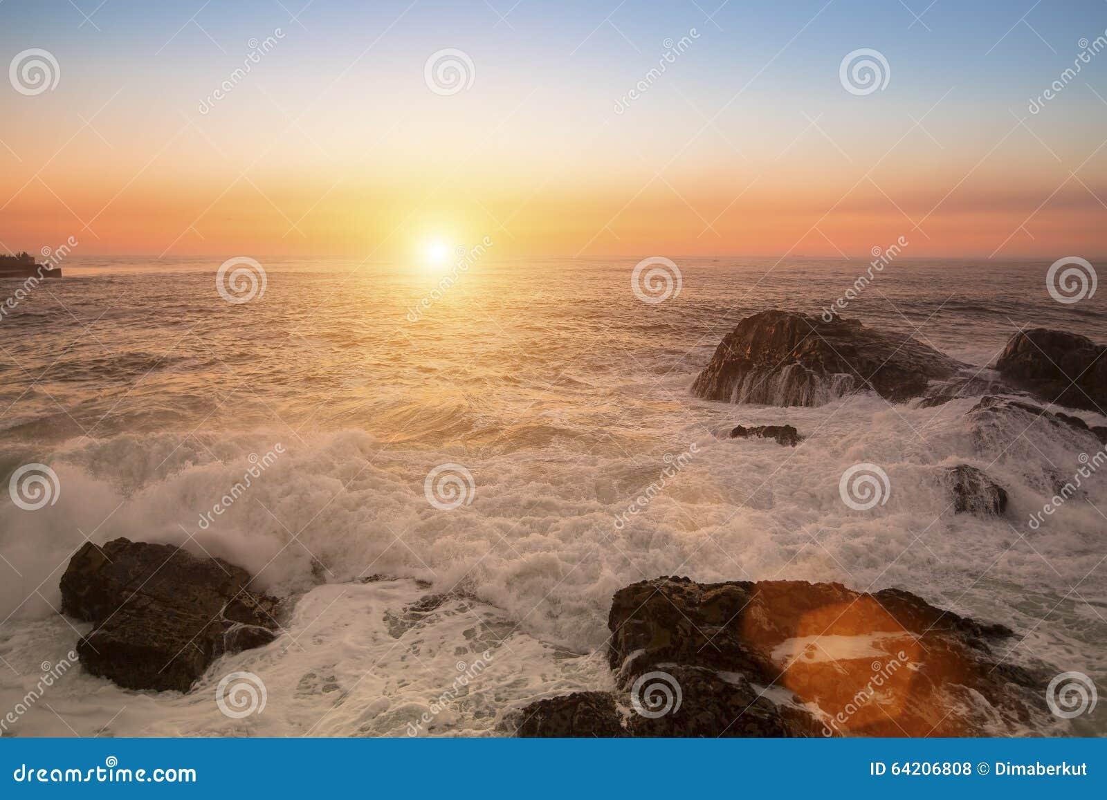 Resaca del mar durante la puesta del sol imponente Naturaleza