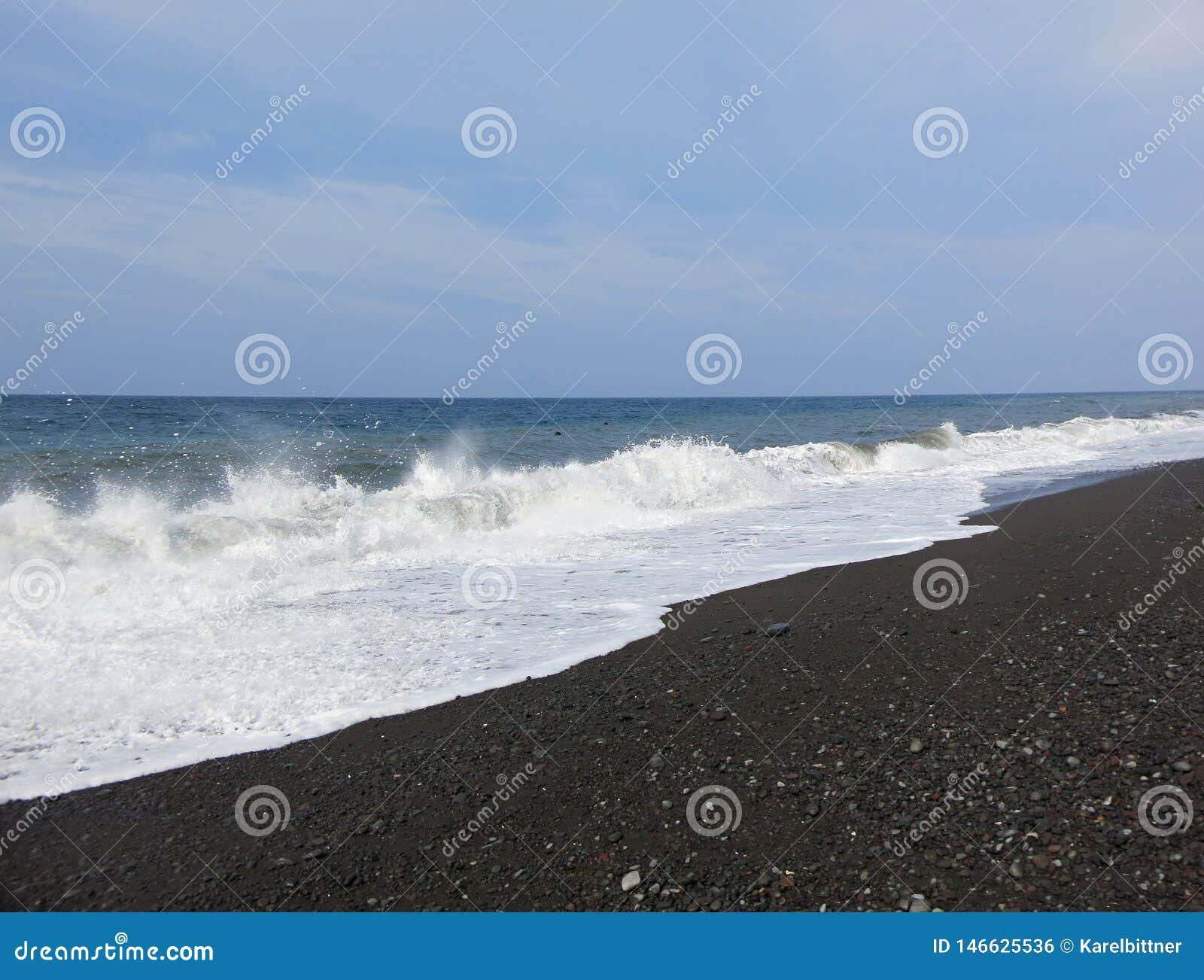 Resaca y ondas del mar que se estrellan sobre la playa