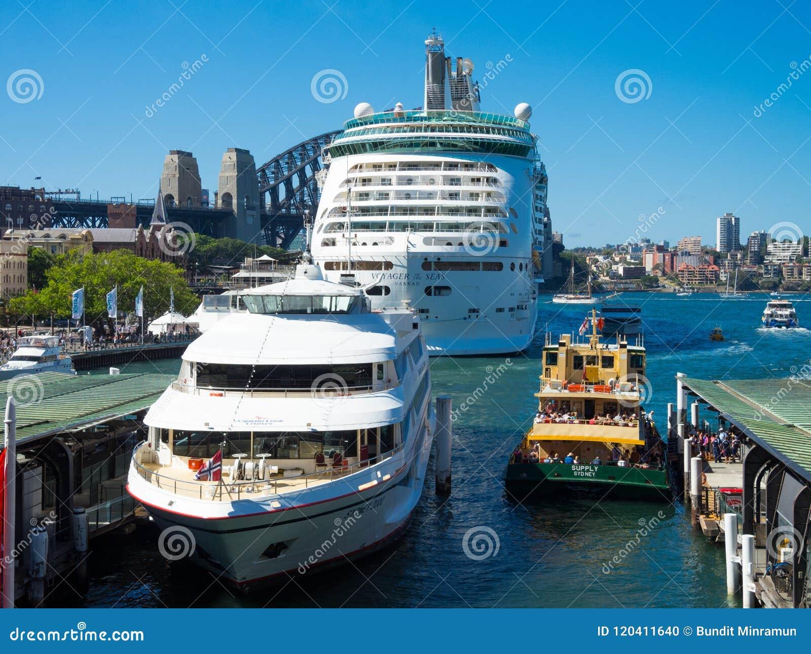 Resande av det bästa kryssningskeppet för hav, kaptenkockkryssningarna och Sydney färjan i en fotoram på den Sydney hamnen i somm