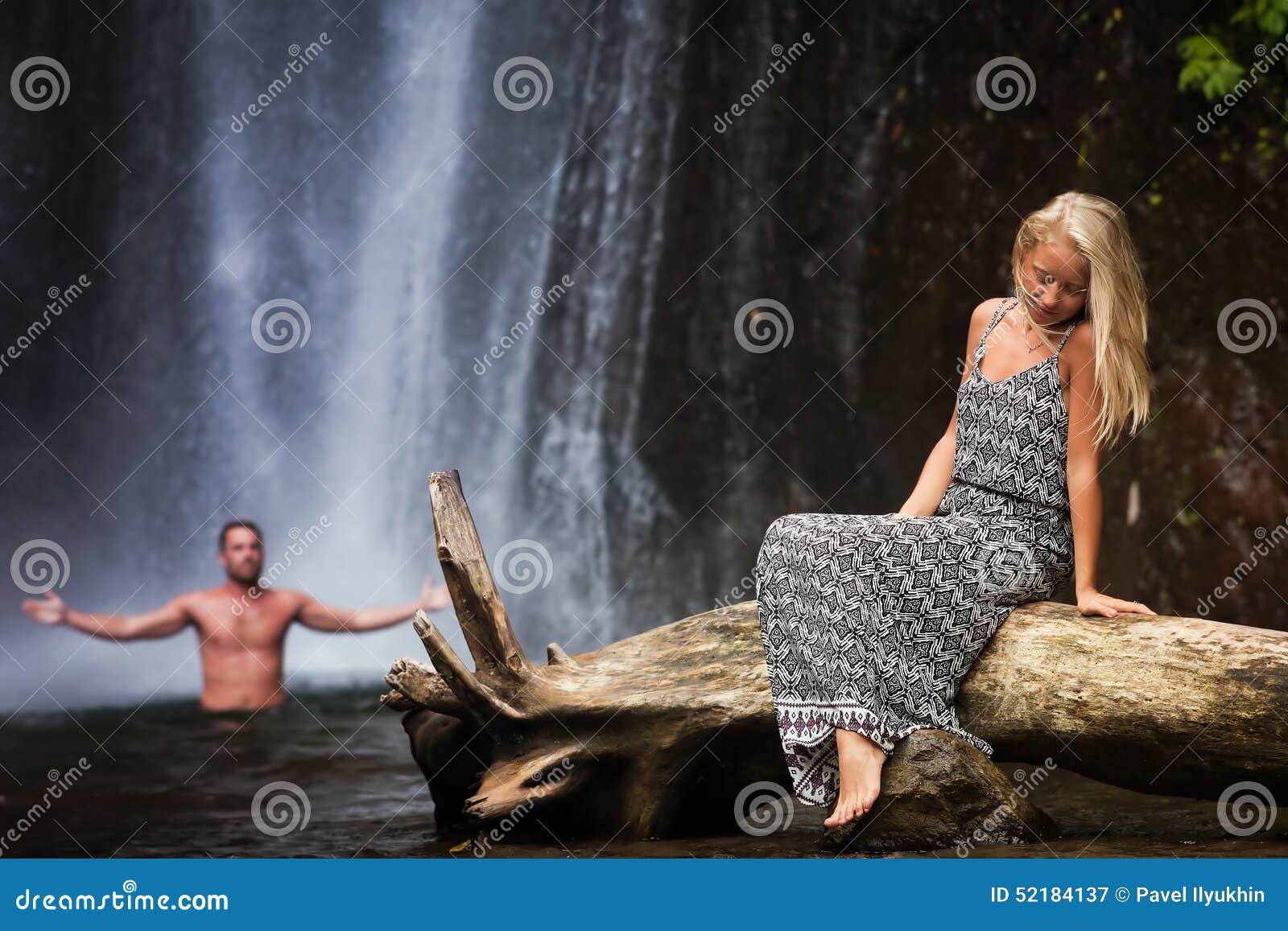 Resande för ung kvinna nära vattenfallet