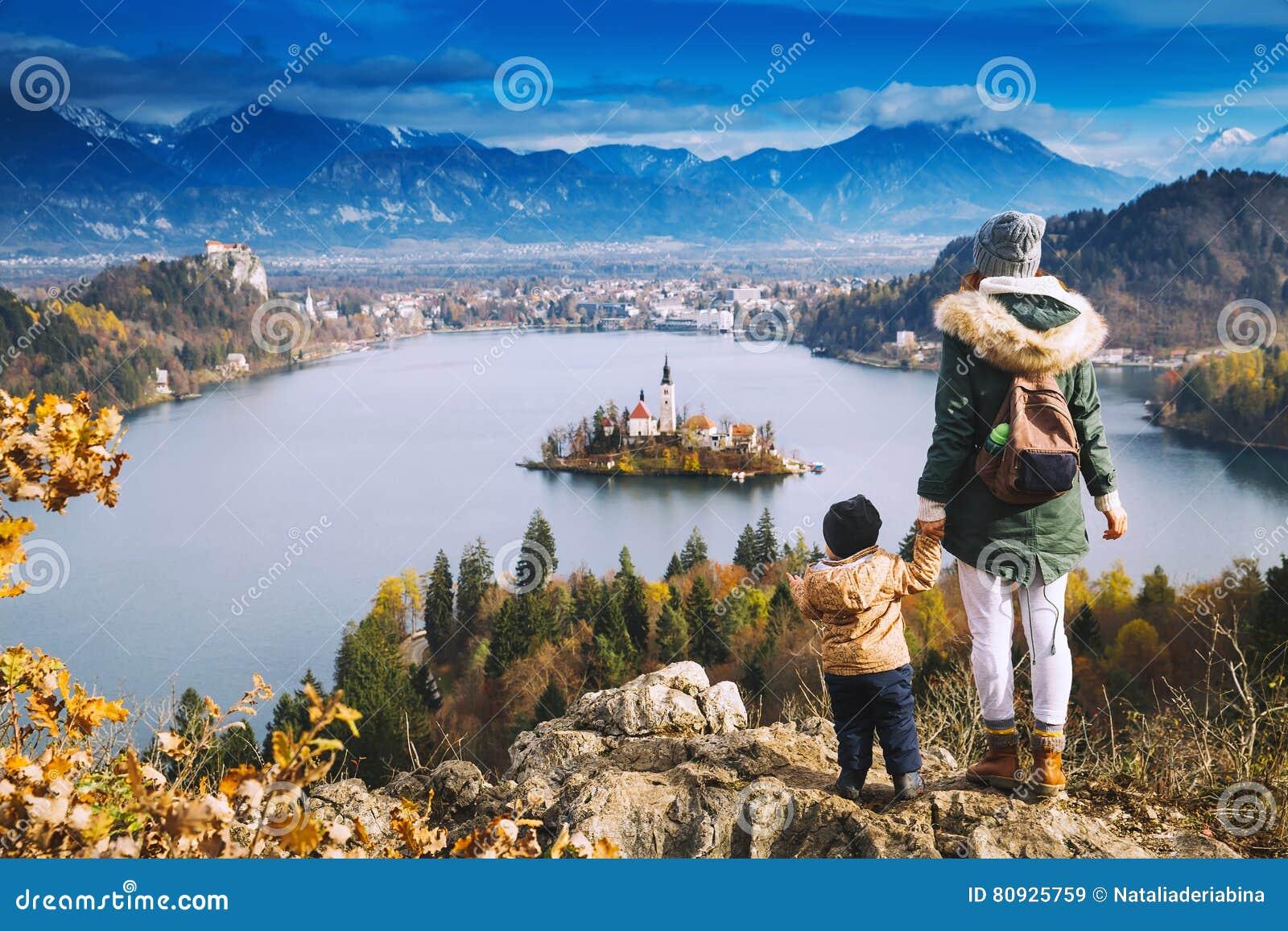 Resande familj som ser på Bled sjön, Slovenien, Europa