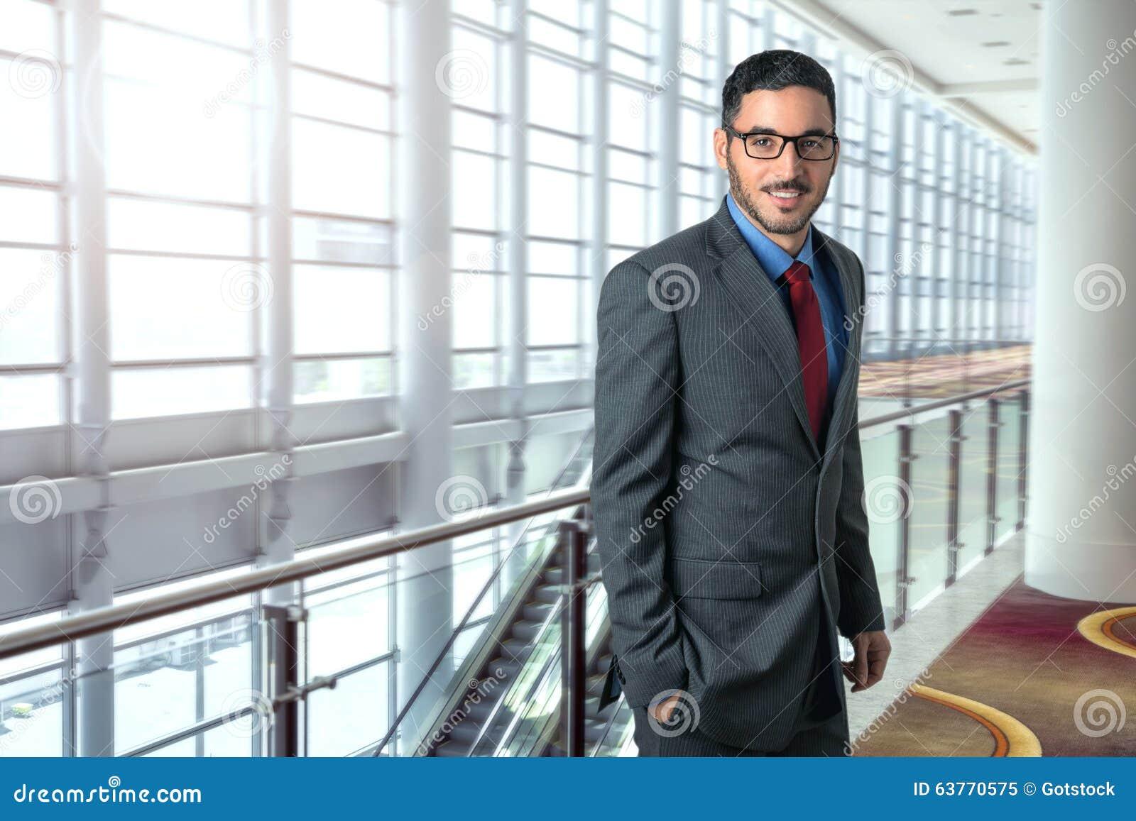 Resande skarp lyckad säker stående för affärsman i ledare för vd för flygplatskontorsarbetsplats
