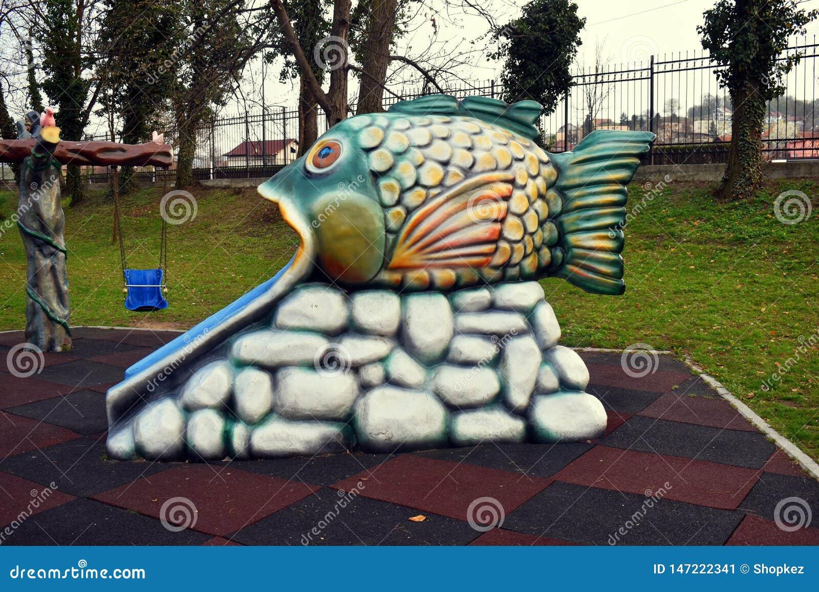 Resbalador colorido de los pescados en el parque de Zavoi de Ramnicu Valcea