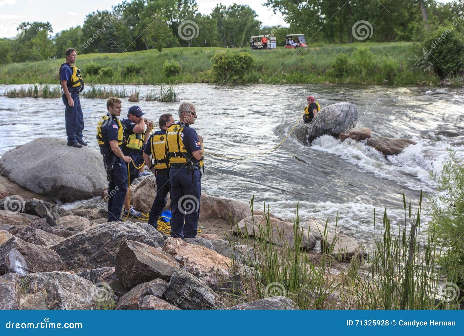 Rescate del agua en el río