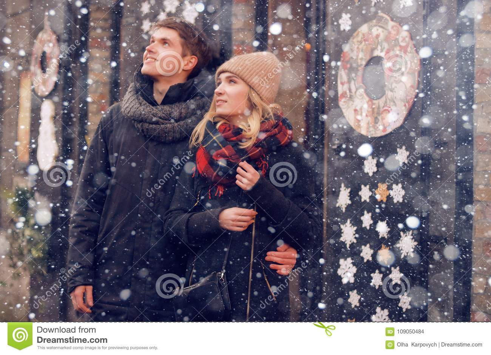 Reser det förälskade paret för barnpar på dag för St-valentin` s Ferier i Europa Värme kläder, hatt halsduk trevlig atmosfär Vint
