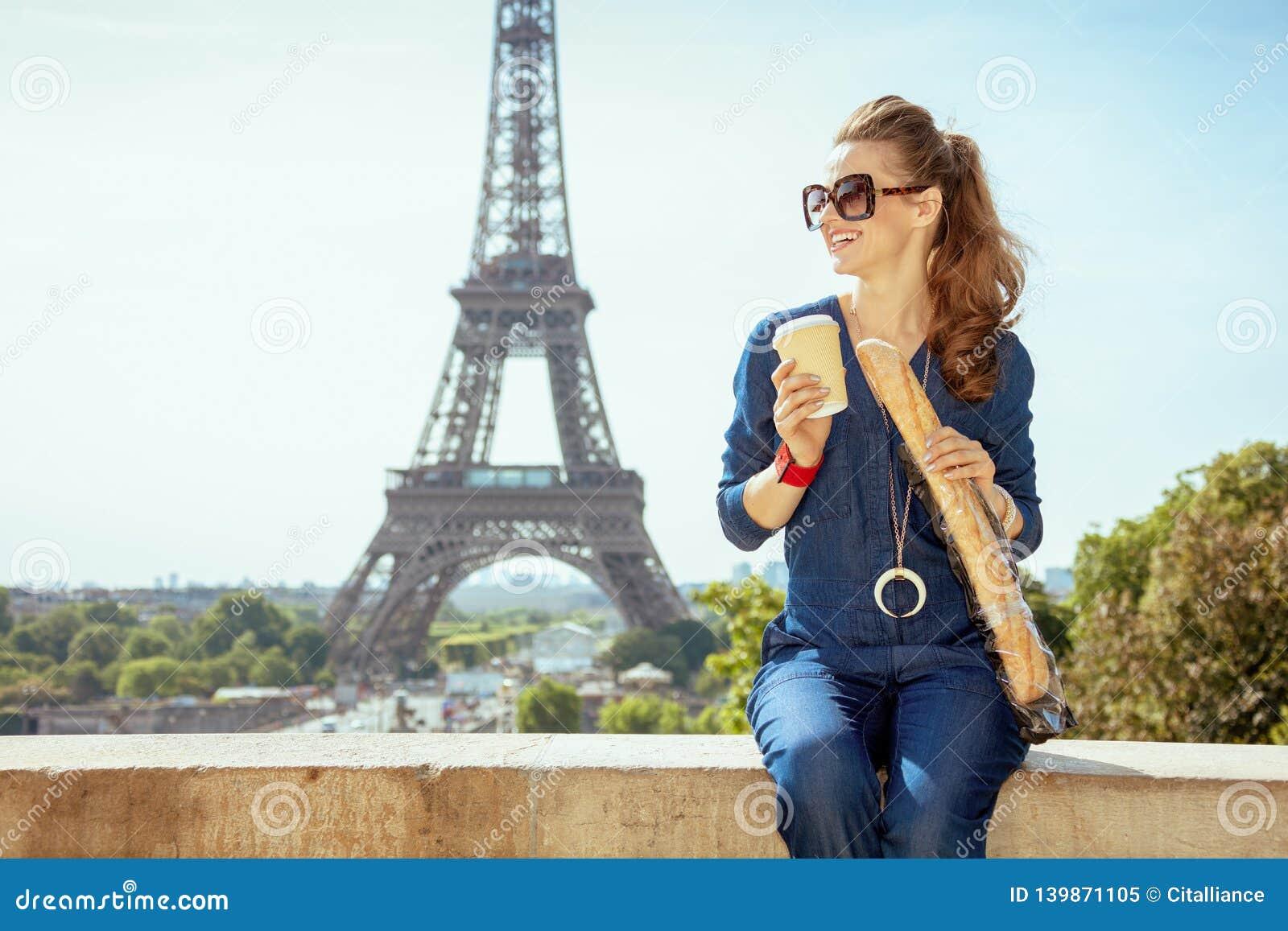 Reserkvinna Med Kaffekopp Och Baguette I Paris Frankrike Fotografering For Bildbyraer Bild Av 139871105