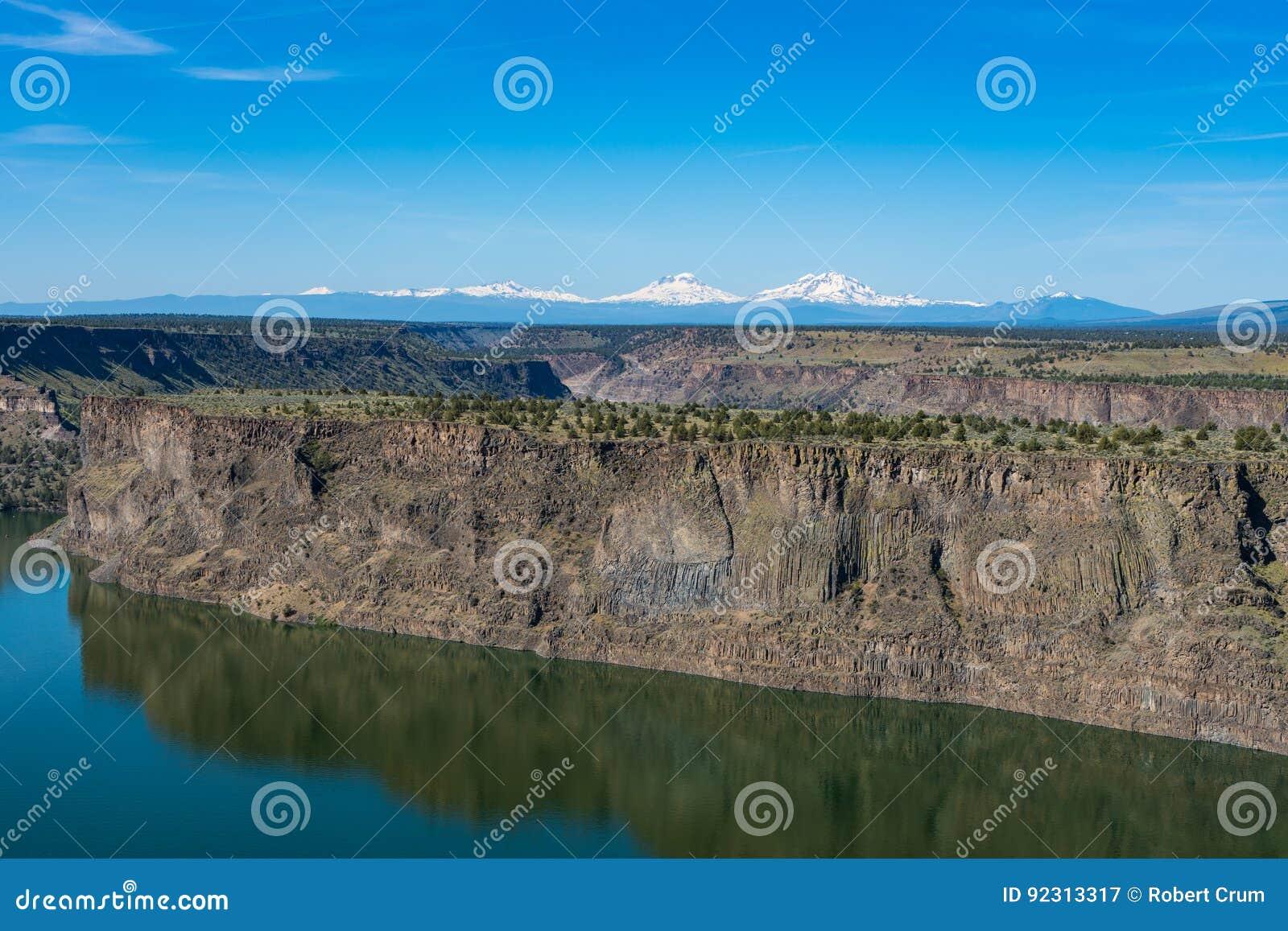Reservatório de Billy Chinook do lago no deserto alto central de Oregon