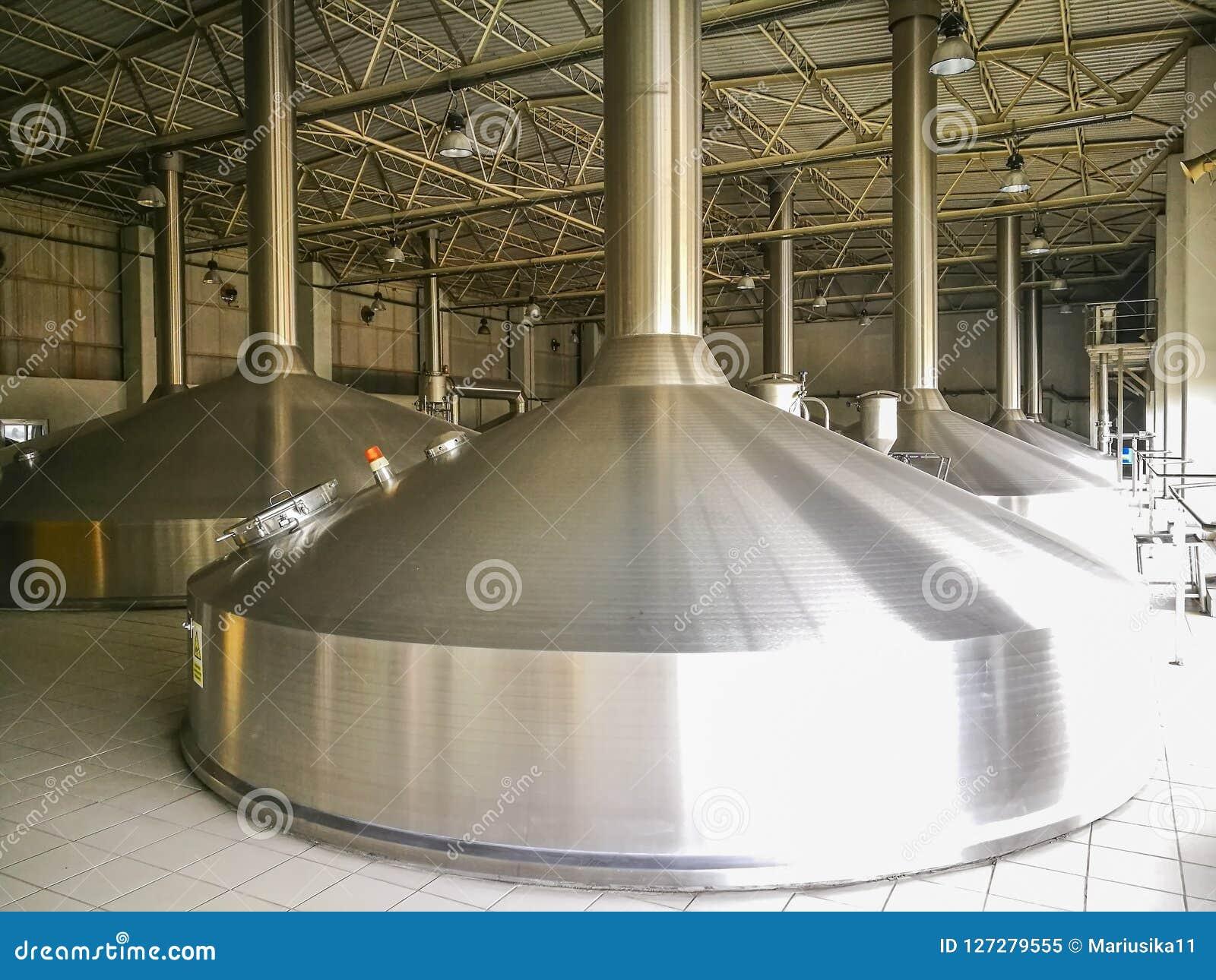 Reservatórios de alumínio de uma cervejaria