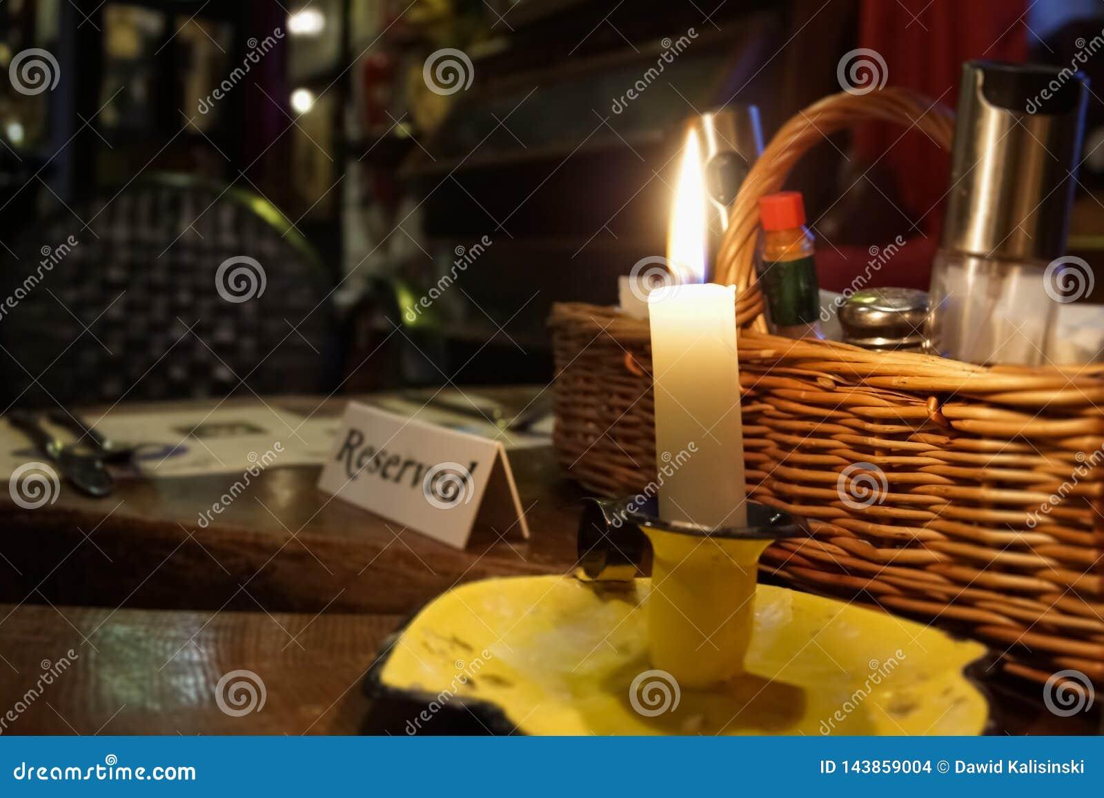 Reserverat tabelltecken för restaurang med den tända stearinljuset