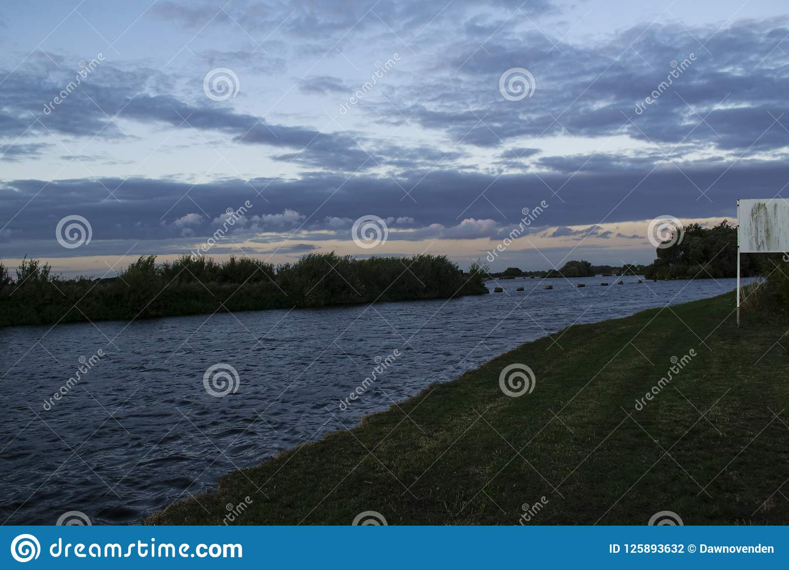 Reservoir over Aire en Calder Canal wordt gezien dat