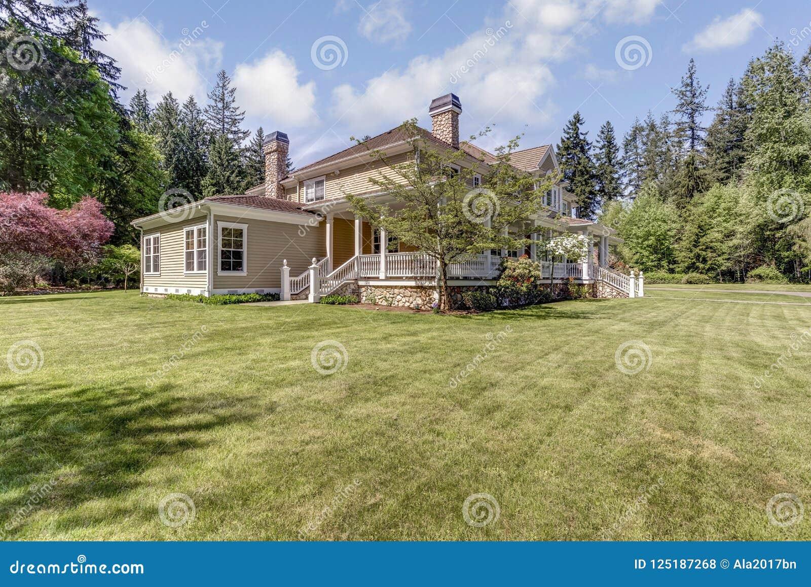 Residência proeminente do país com projeto perfeito da paisagem