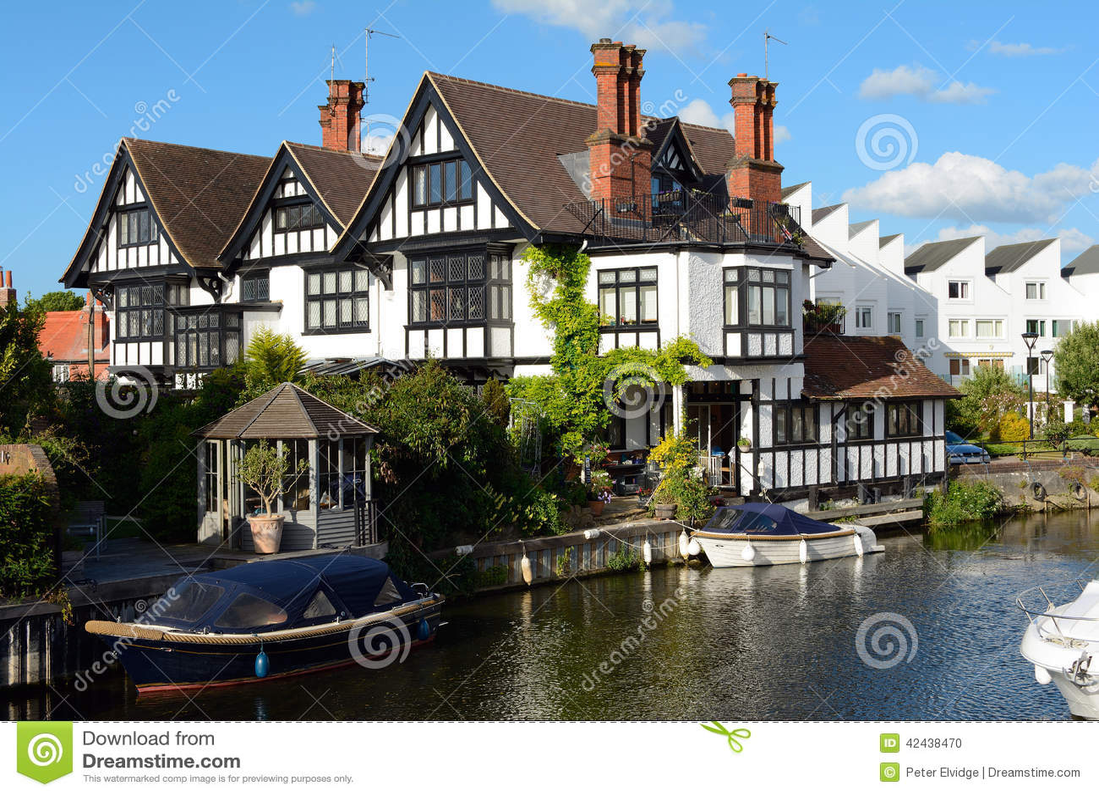 Residencia atractiva de la orilla