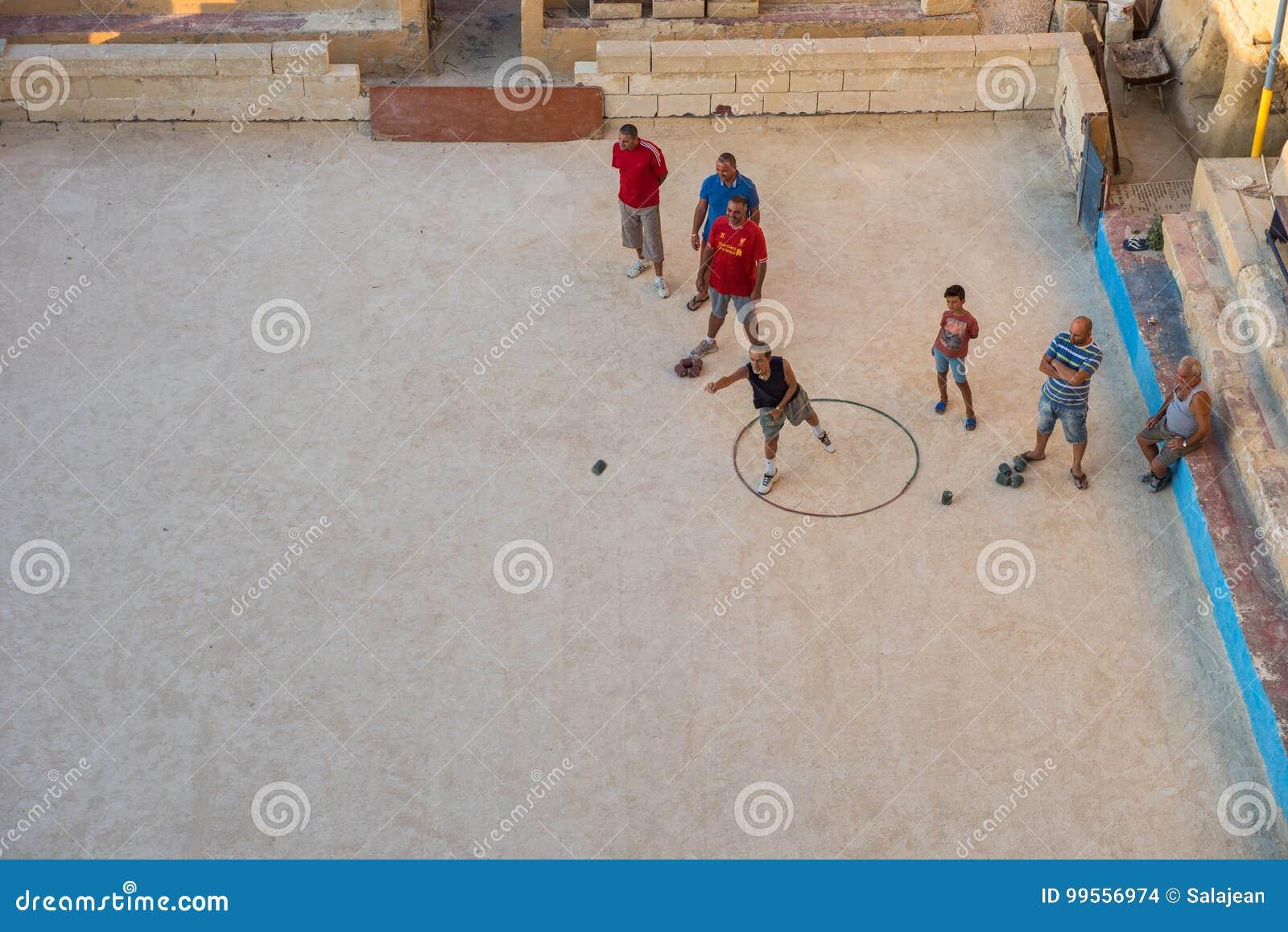 Residentes locais de Valletta que jogam o jogo do bocci do bocce