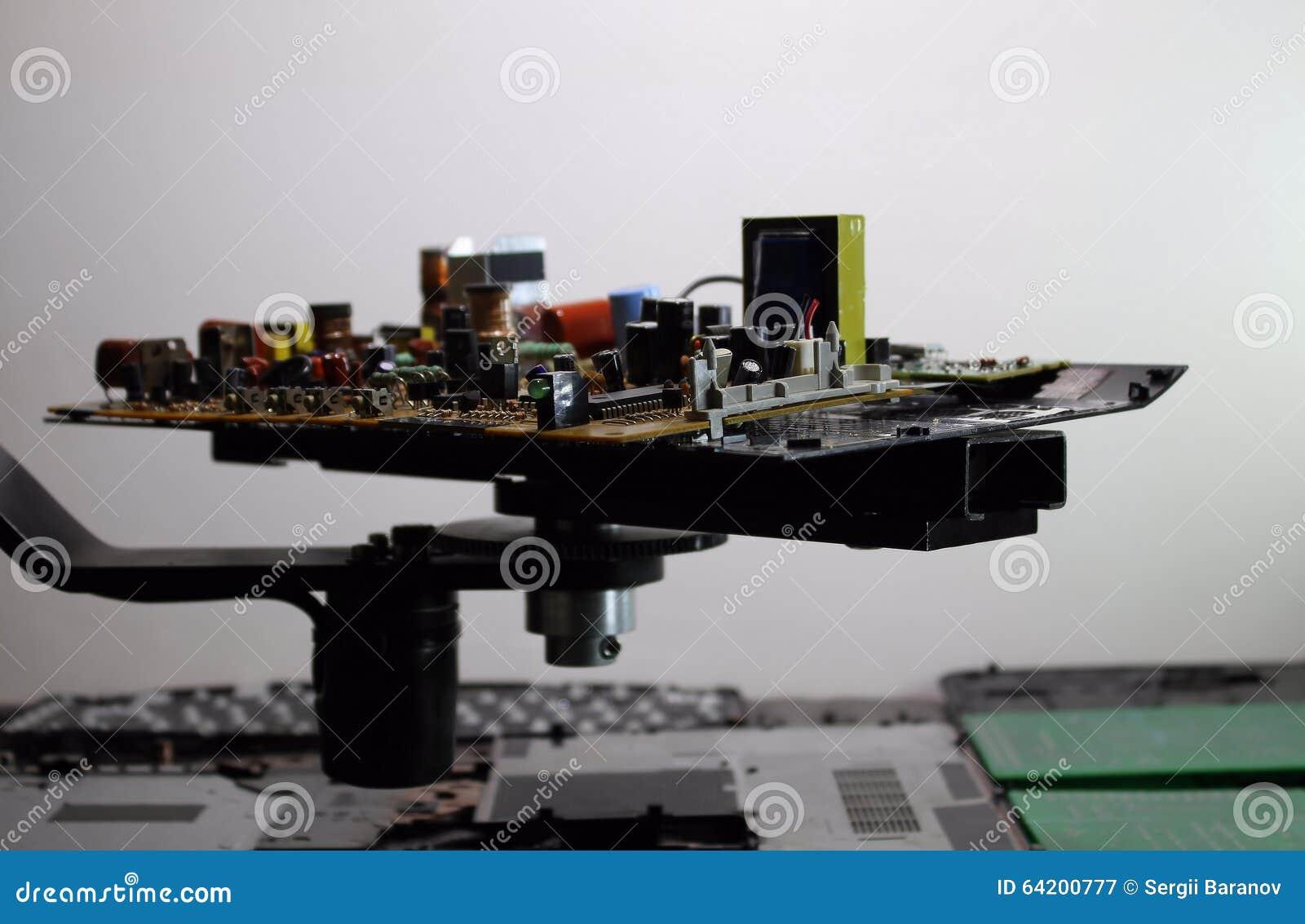 Resistores, diodos del nd de los semiconductores en tablero electrónico