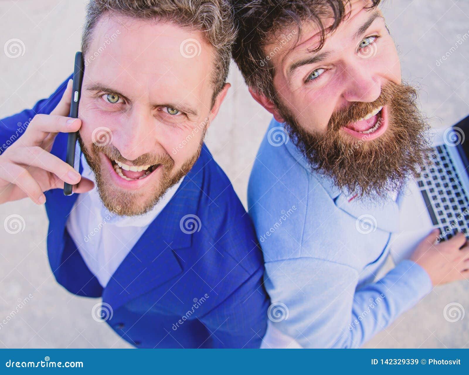Resolva problemas imediatamente Executivos das caras de sorriso dos advogados Os homens da equipe dos sócios estão para trás para