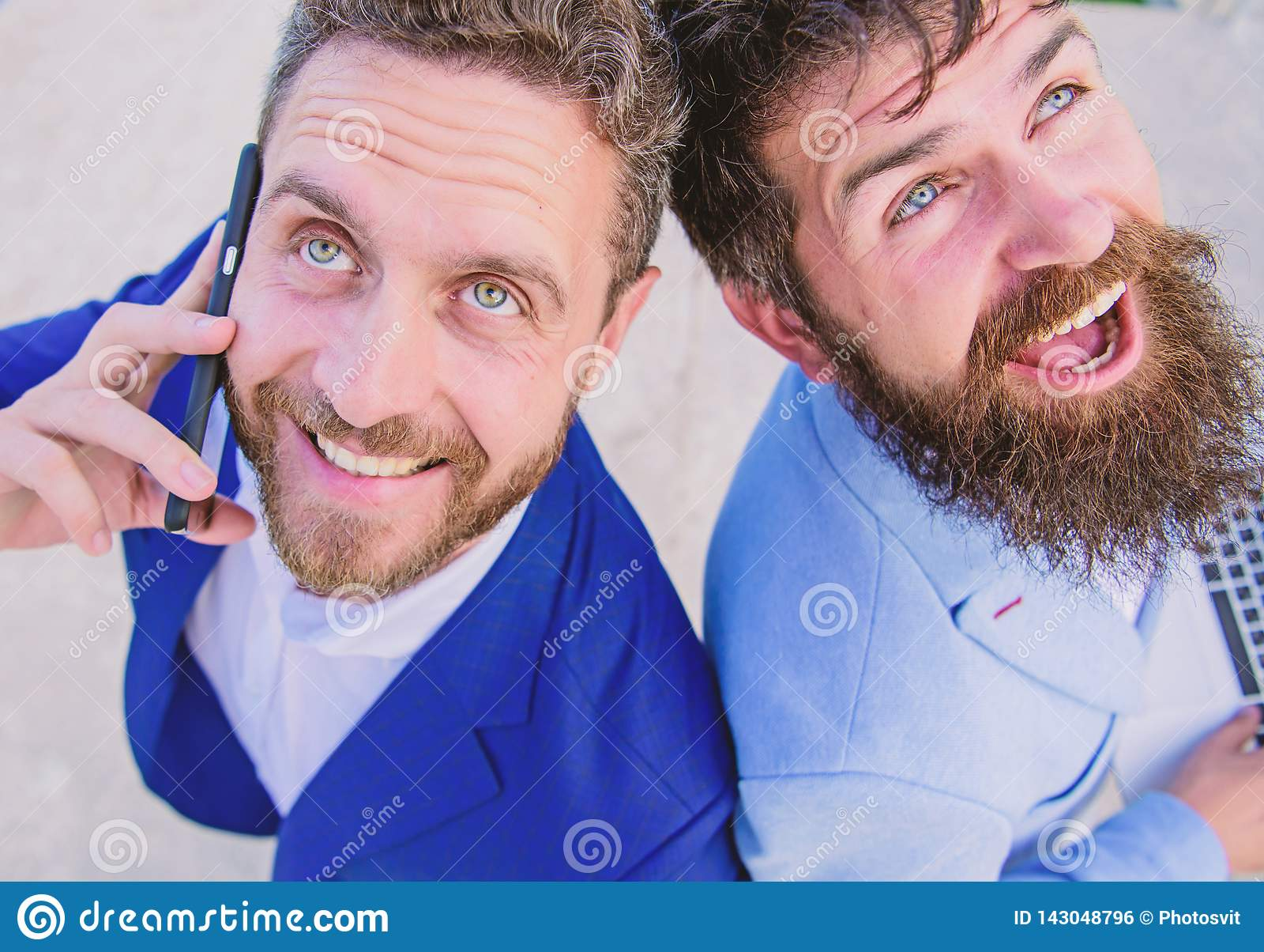 Resolva problemas imediatamente Executivos das caras de sorriso dos advogados Os peritos do negócio em linha apoiam perto acima N