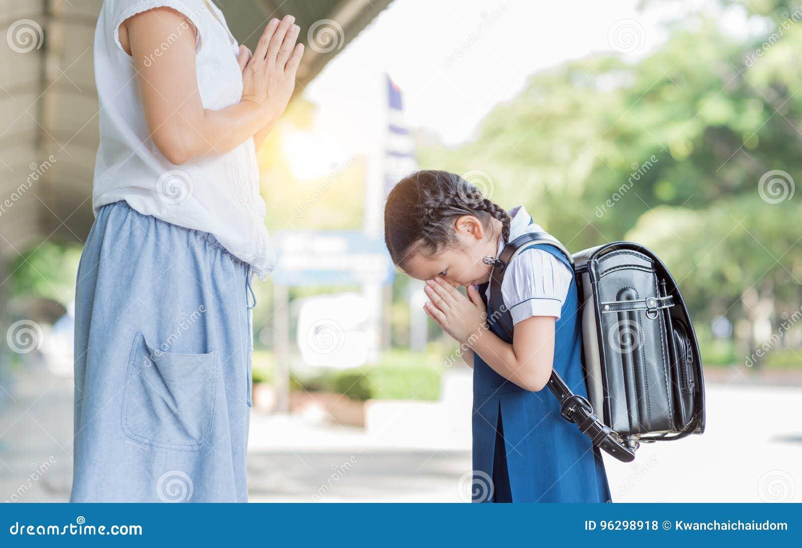 Respect mignon de salaire d étudiante à sa mère