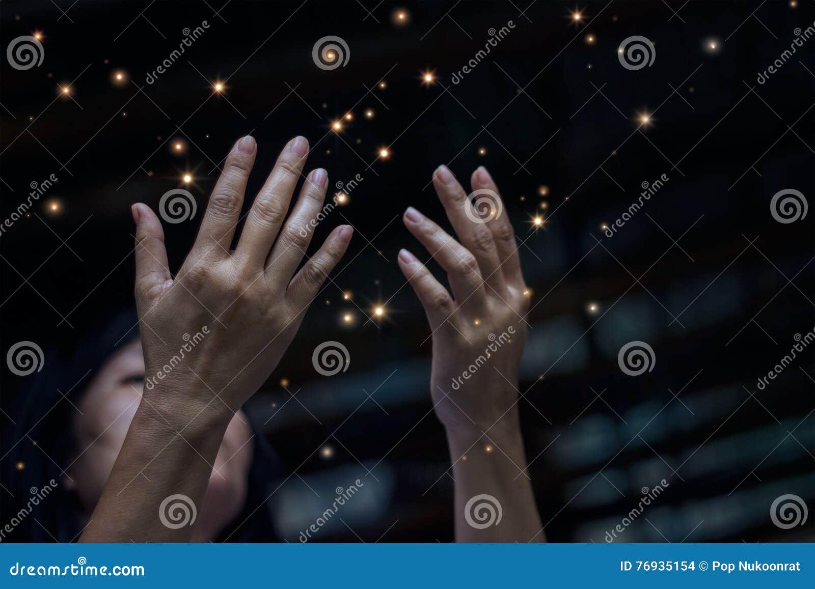 Respektera och be och stardust på stad på nattbakgrund