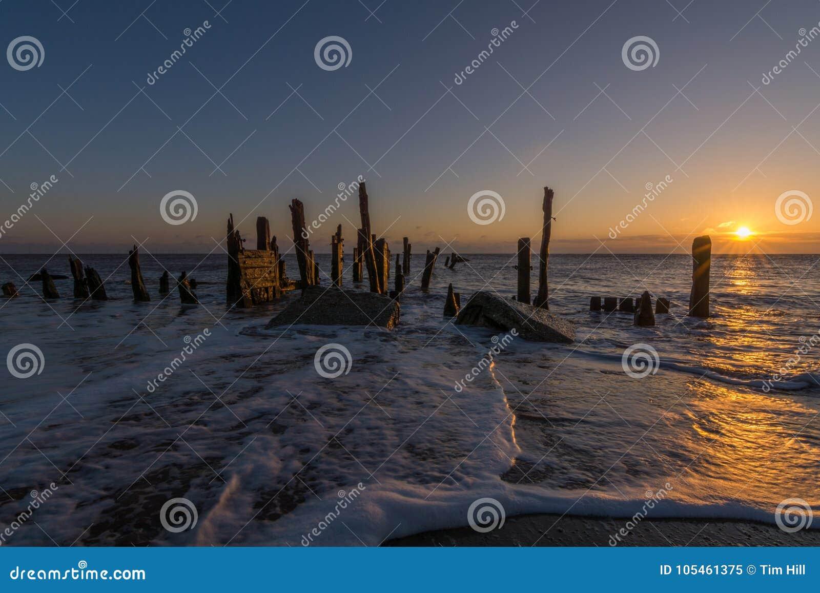 Respinga i vecchi frangiflutti del punto e difese di mare di legno