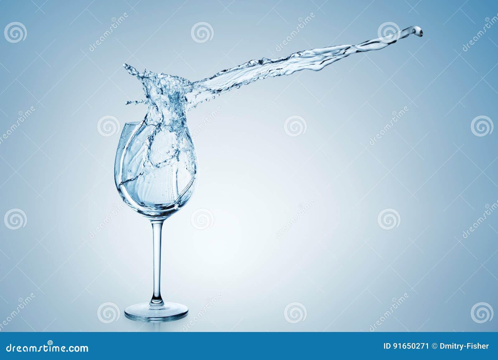 Respingo da água no vidro de vinho