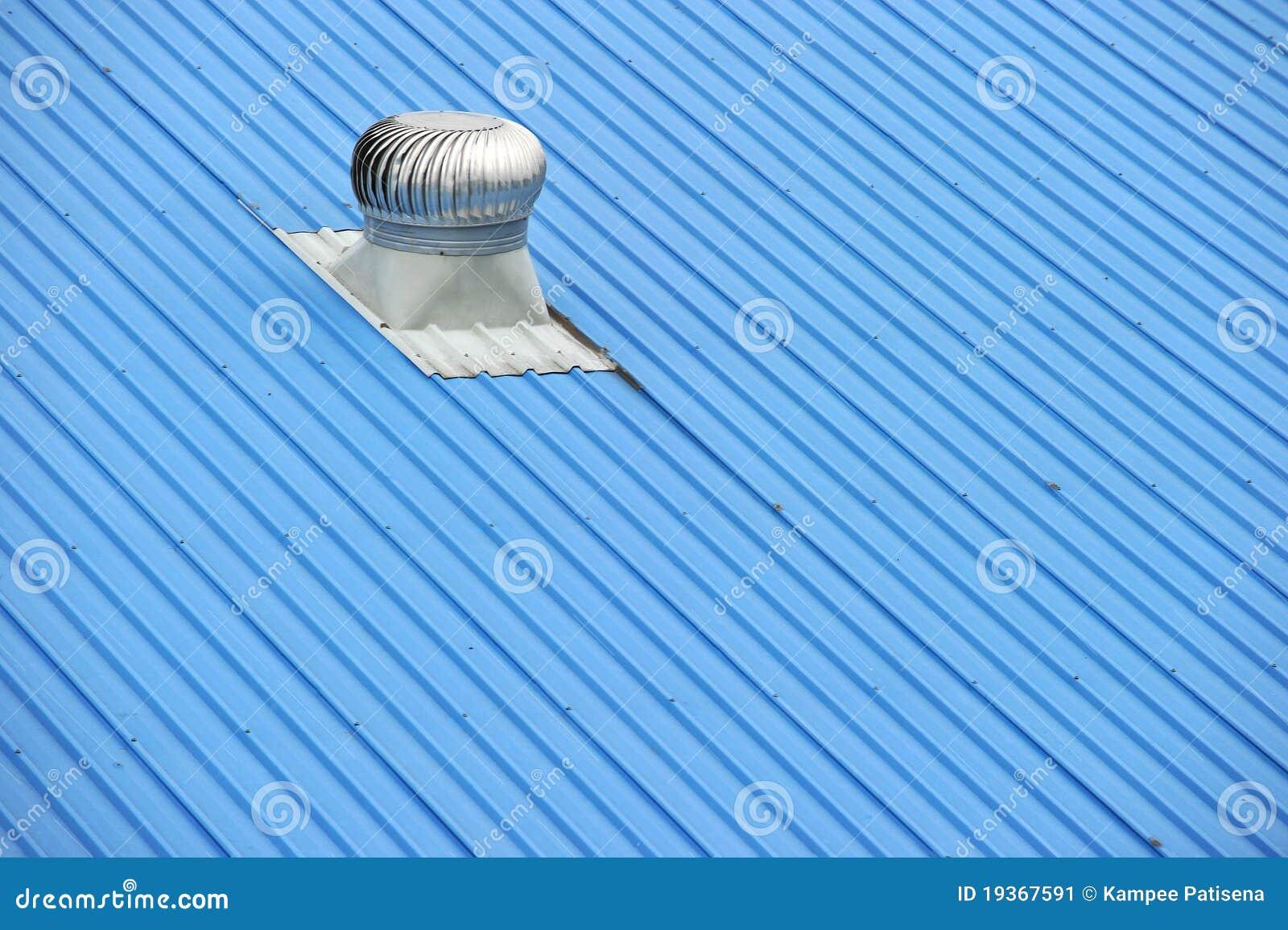 Respiradouros de ar sobre um telhado azul