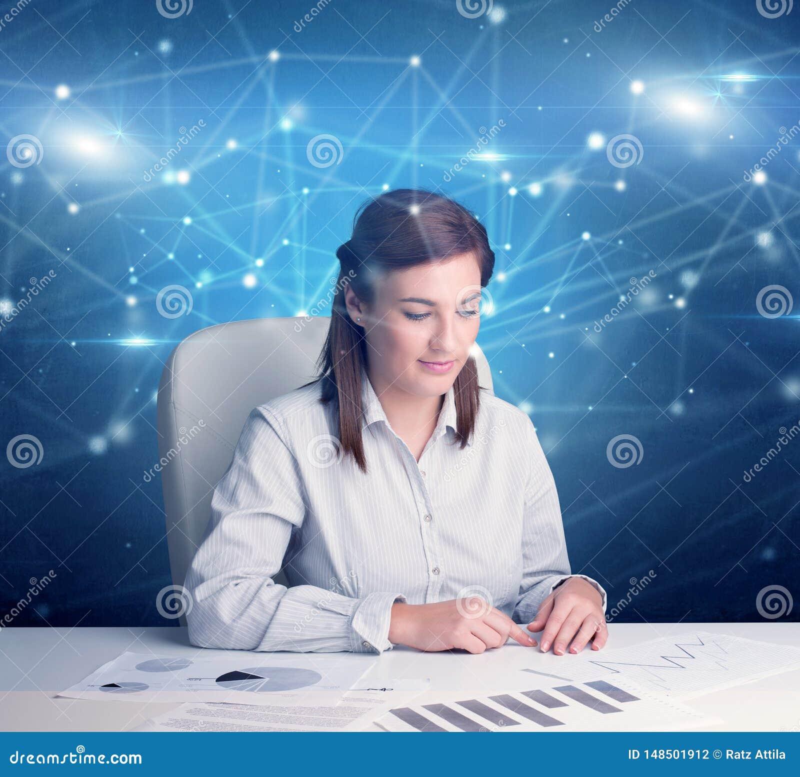 Responsabile davanti alla scrivania con il concetto di collegamento
