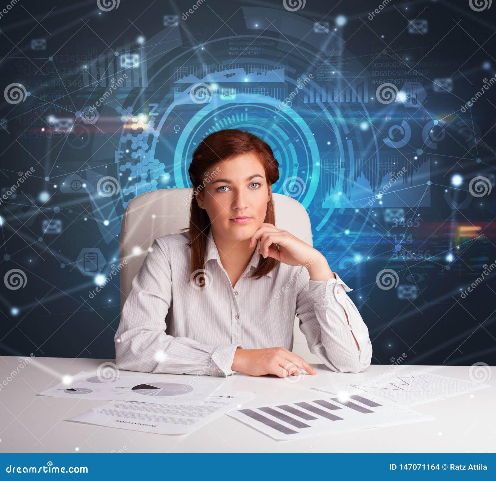 Responsabile davanti alla scrivania con il concetto di comunicazione