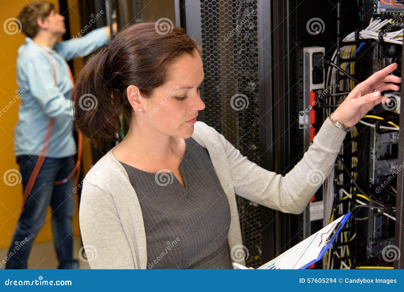 Responsabile di centro dati della donna nella stanza del server