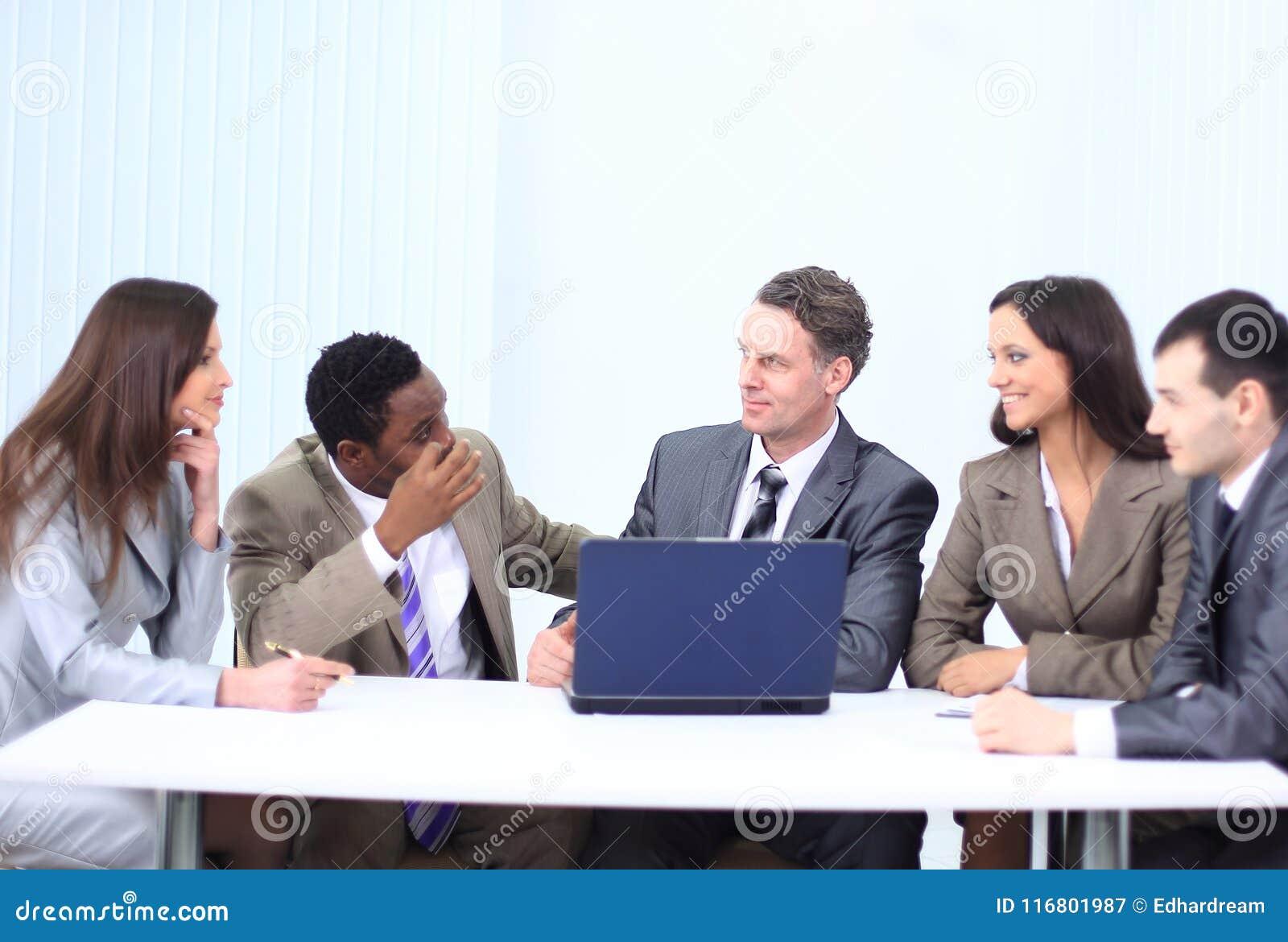 Responsabile e gruppo di affari in ufficio