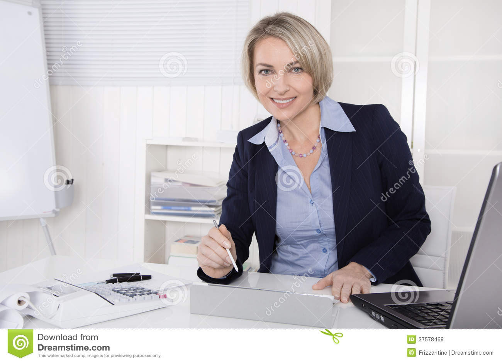 Responsabile femminile senior felice - ritratto nell ufficio.