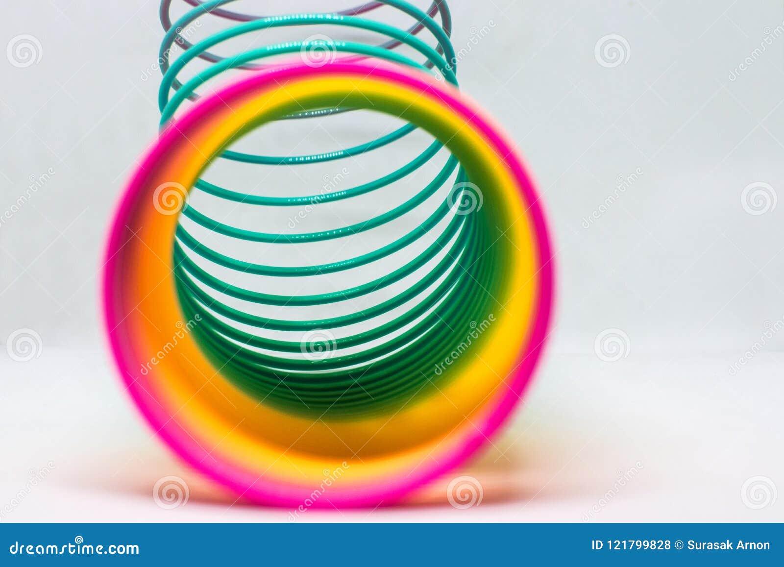 Ressort coloré de jouet l eau de jouet peinte par couleurs d enfants plan rapproché plastique