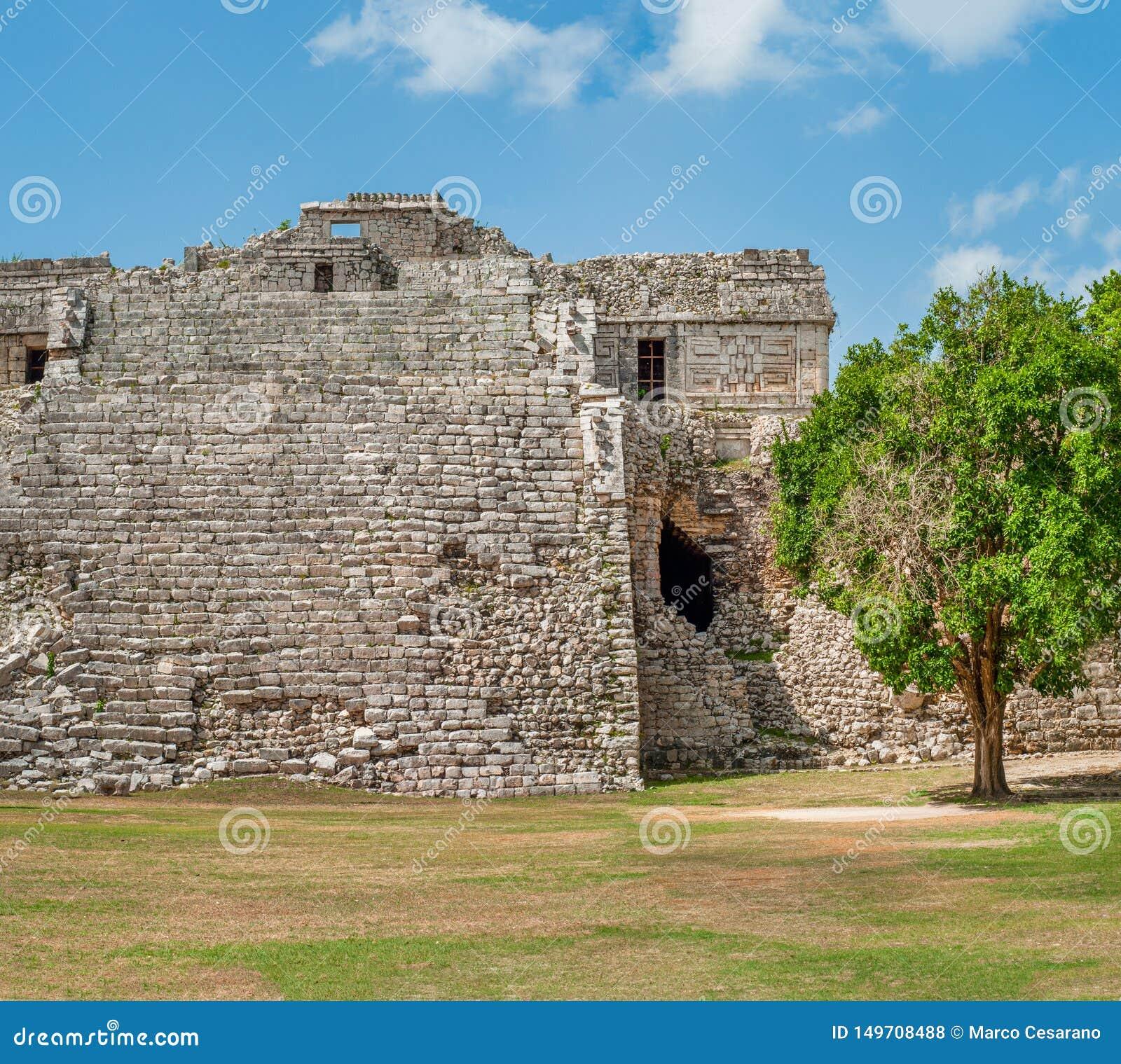 Rest av en forntida Mayan pyramid som tas i det arkeologiska området av Chichen Itza