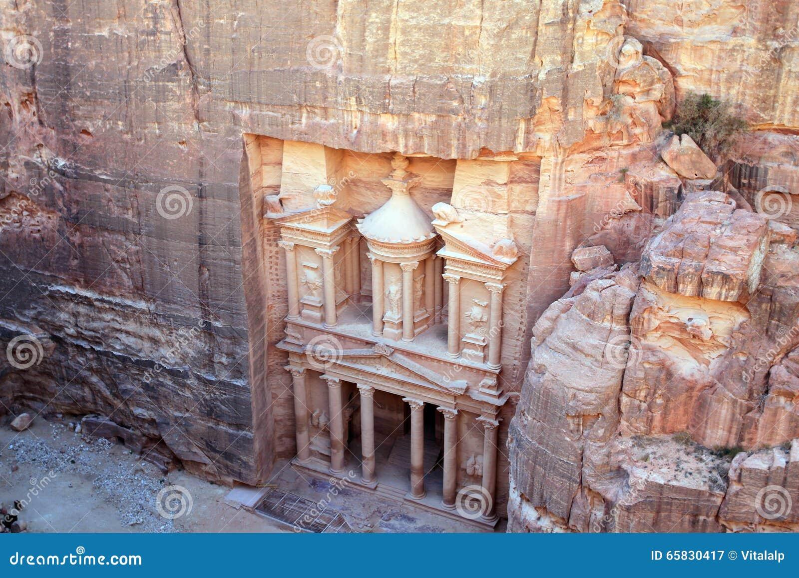 Rest av en forntida tempel i Petra, Jordanien