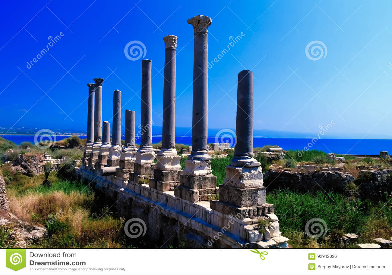 Rest av forntida kolonner på den Al Mina utgrävningplatsen i däcket, Libanon