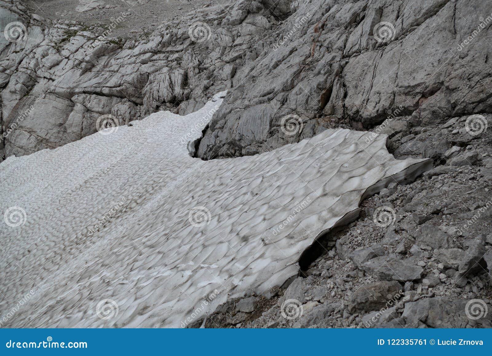 Rest van sneeuw in de zomerbergen