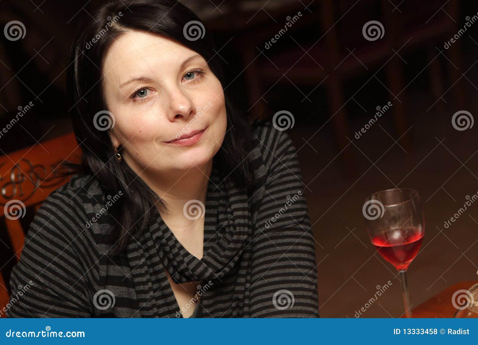 Restauracyjna uśmiechnięta kobieta