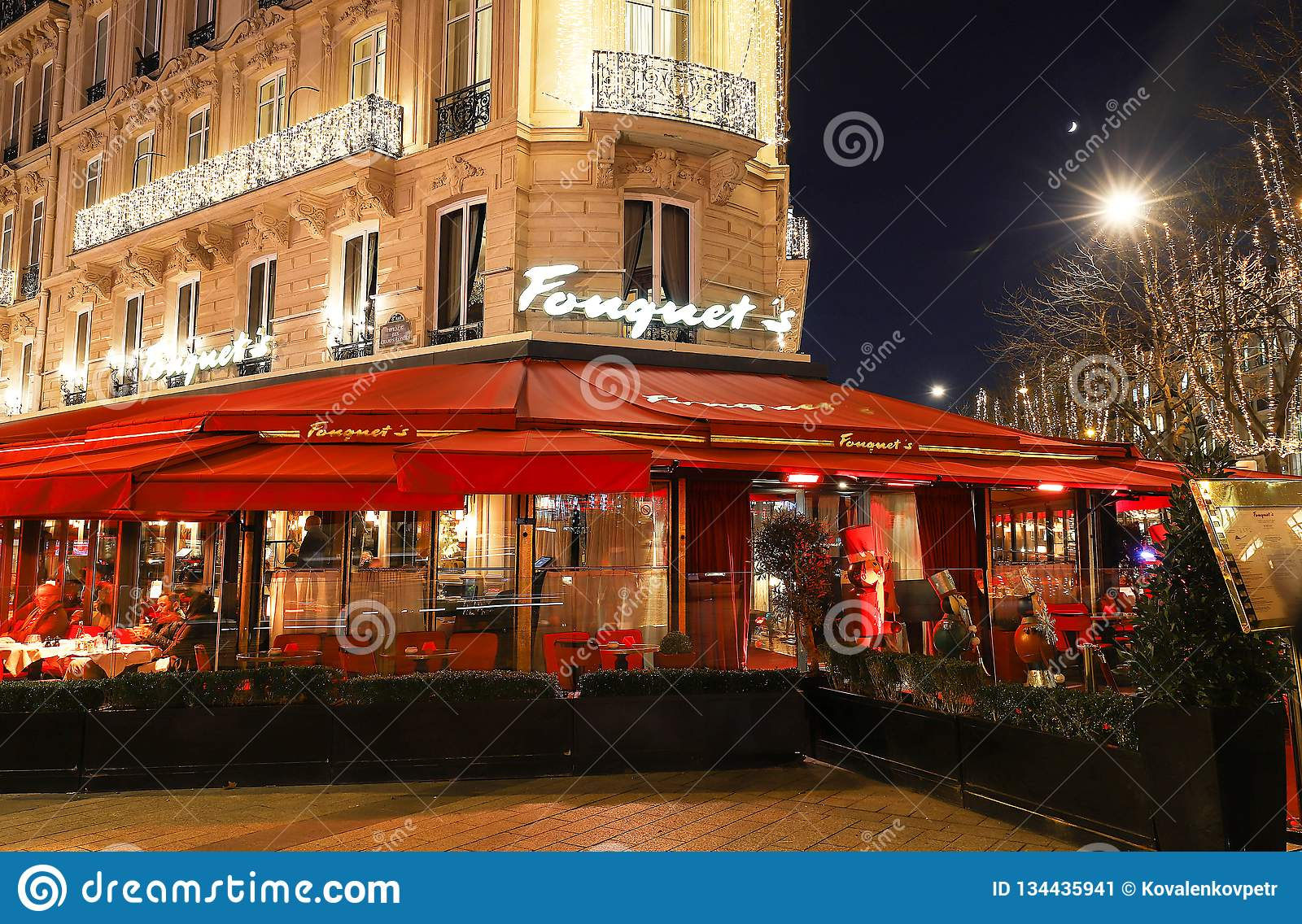 Restauracyjny Fouquets dekorujący dla bożych narodzeń Ja lokalizował przy aleja czempionami Elysees w Paryż Fouquets jest history