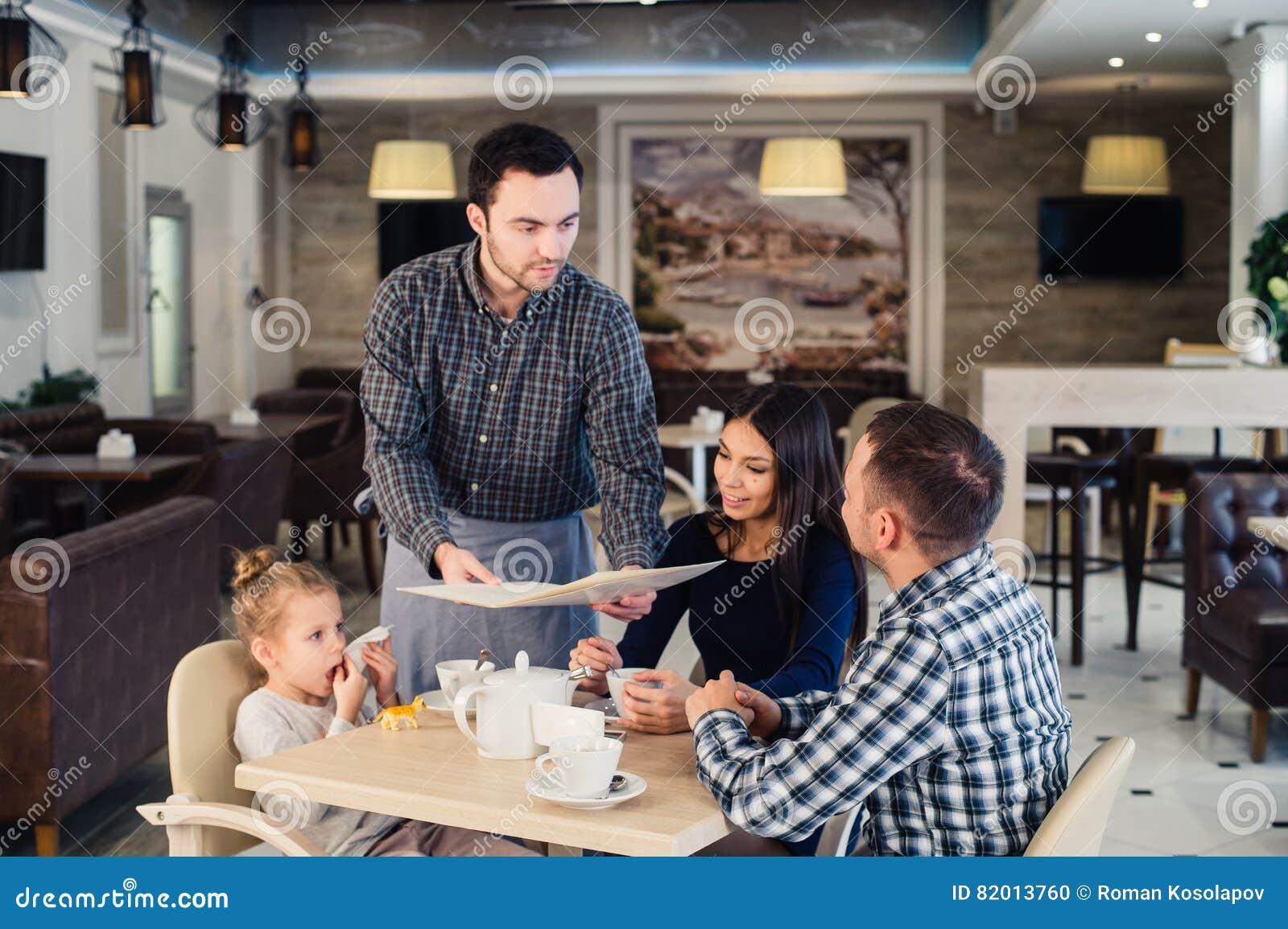 Restaurang Och Feriebegrepp Uppassare Som Ger Menyn Till Den
