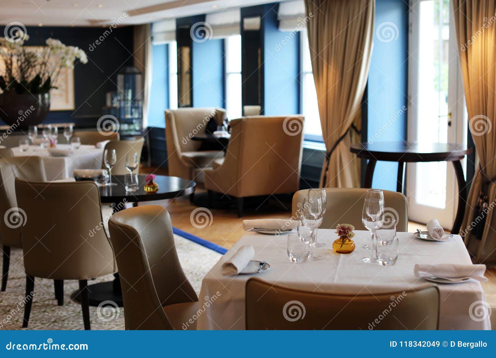 Restaurant élégant et moderne chic à Amsterdam, Pays-Bas en Europe Sièges, tables et lampes à l hôtel de la meilleure qualité de