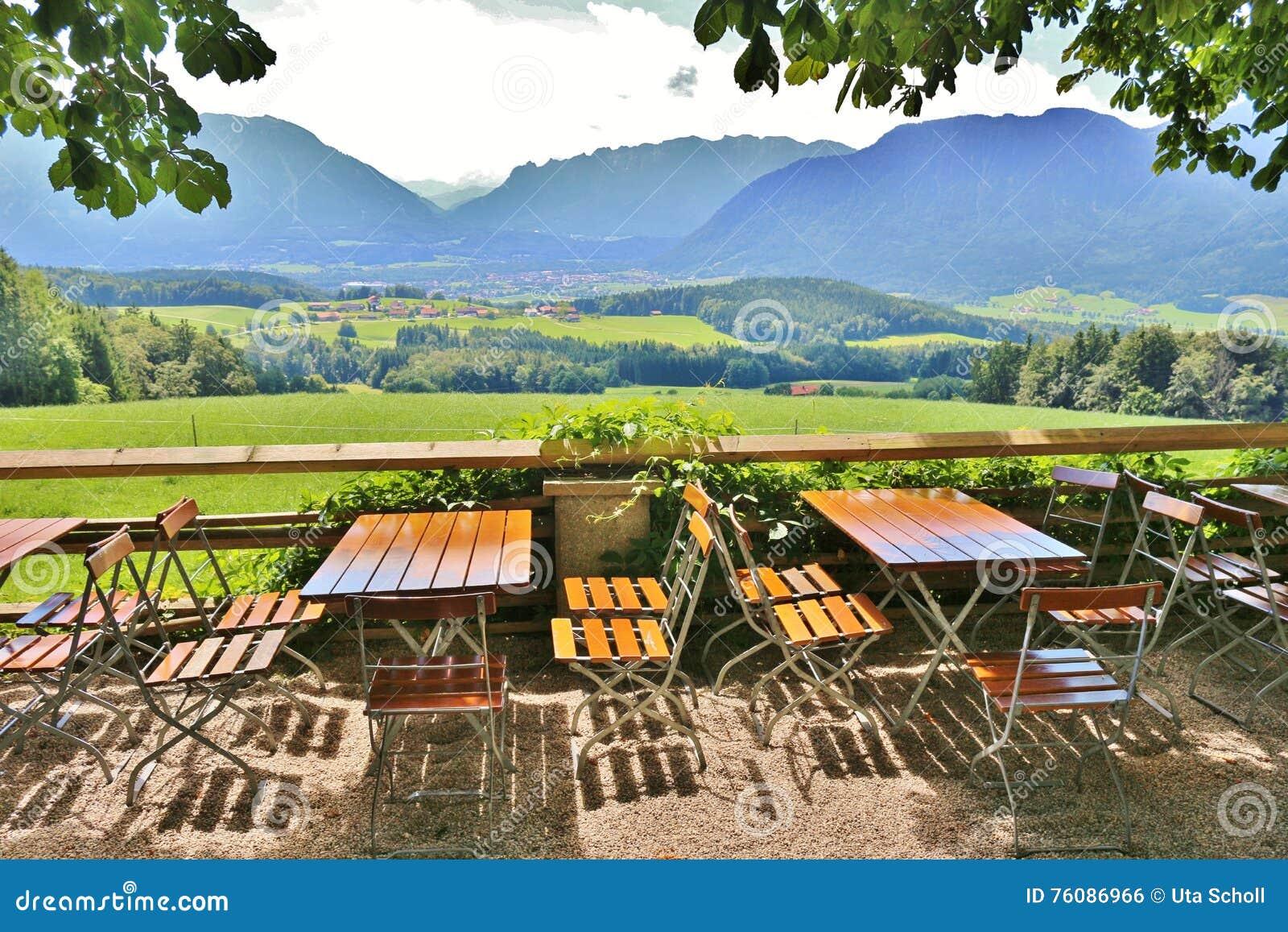 Restaurant de jardin sur un pâturage de montagne