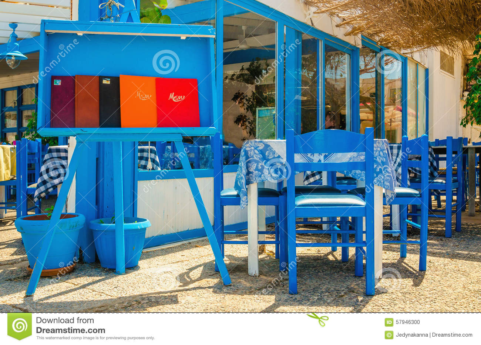 Restaurant grec typique bleu et blanc gr ce photo stock for Bureau en gros near me