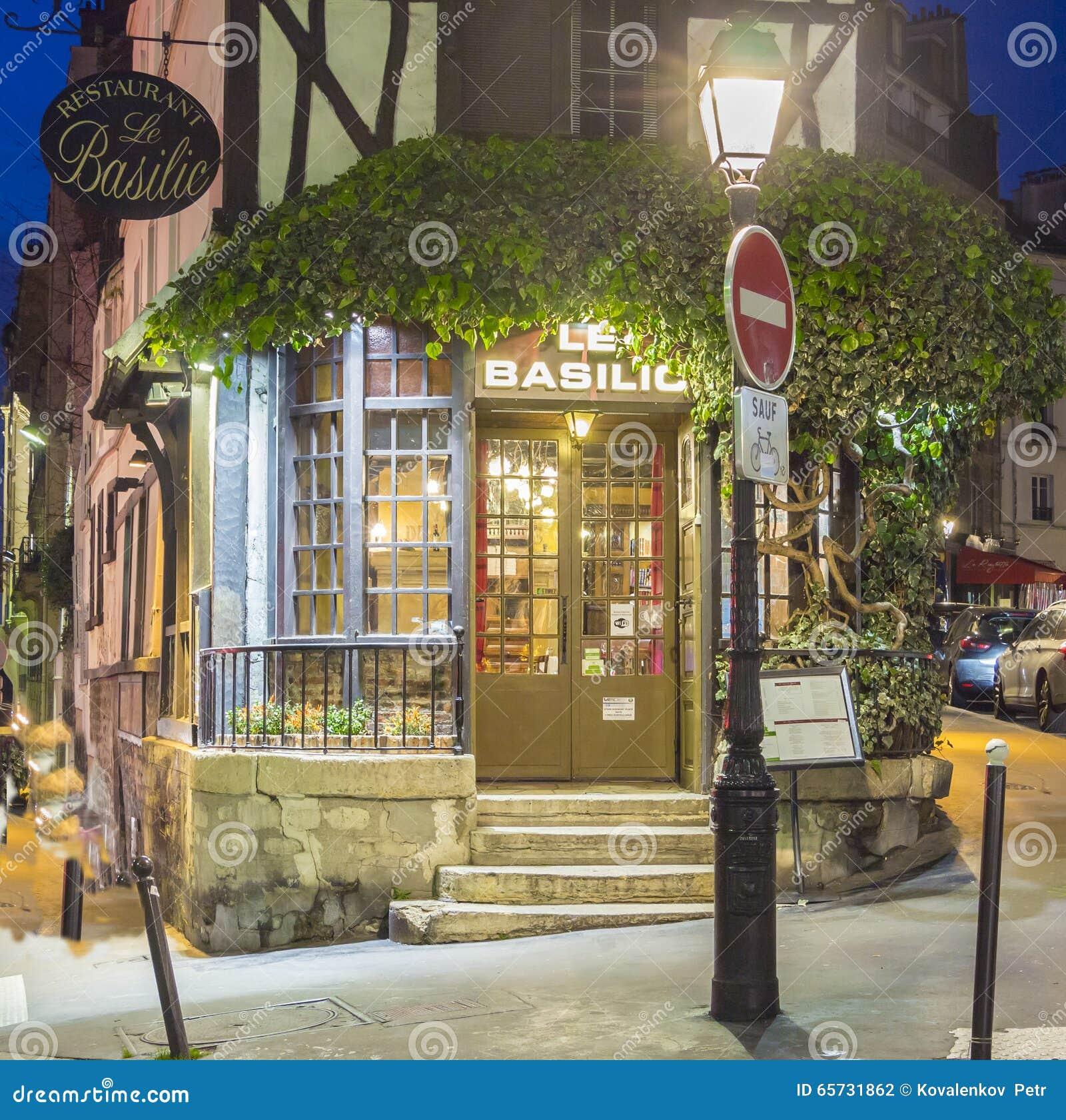 The restaurant le basilic montmartre quarter paris for Restaurant miroir montmartre