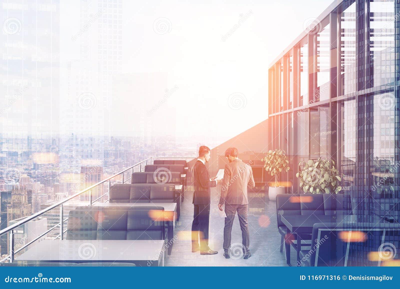 Restaurant op het dak, zwarte banken, stadsmensen