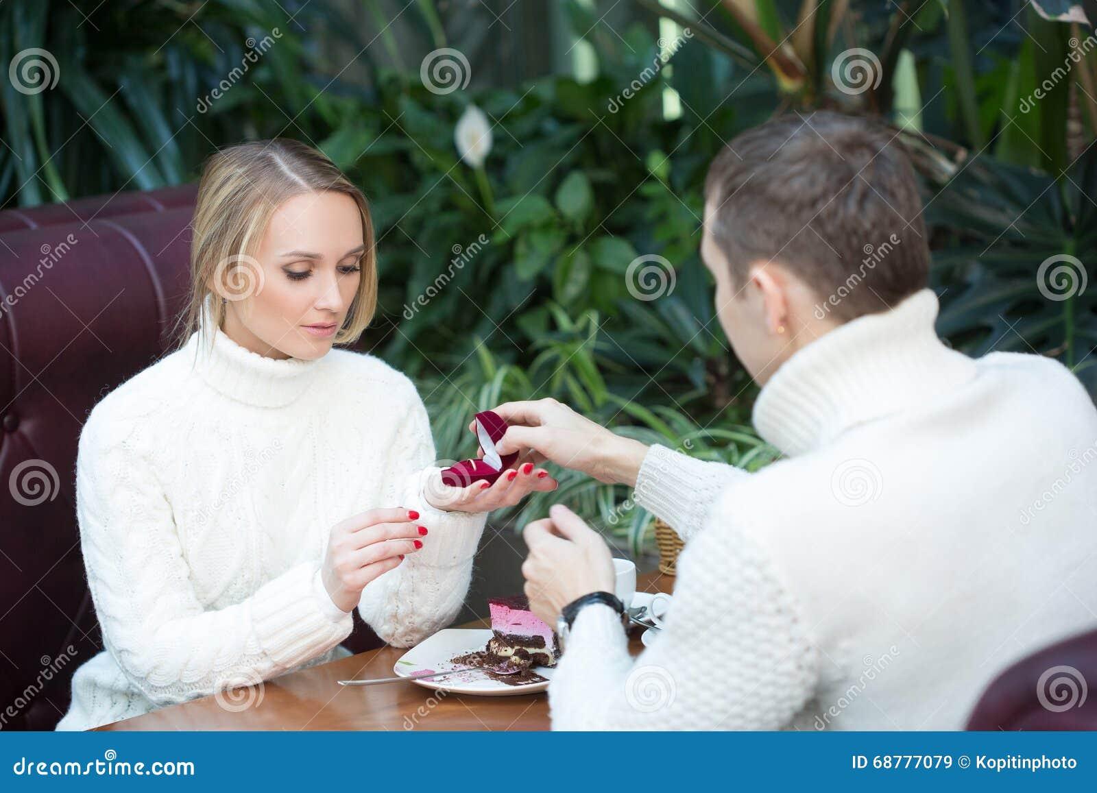 Restaurant Paar Und Feiertagskonzept Aufgeregte Junge Frau Die