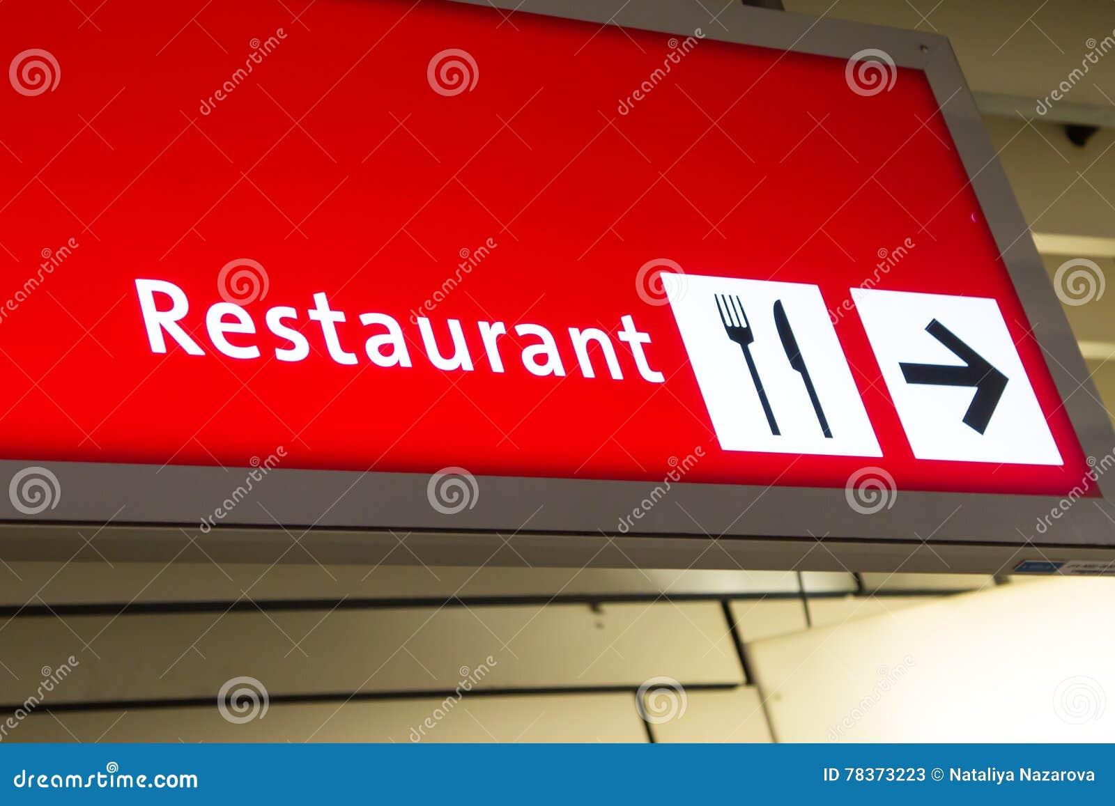 Restaurant richtingteken in luchthaven
