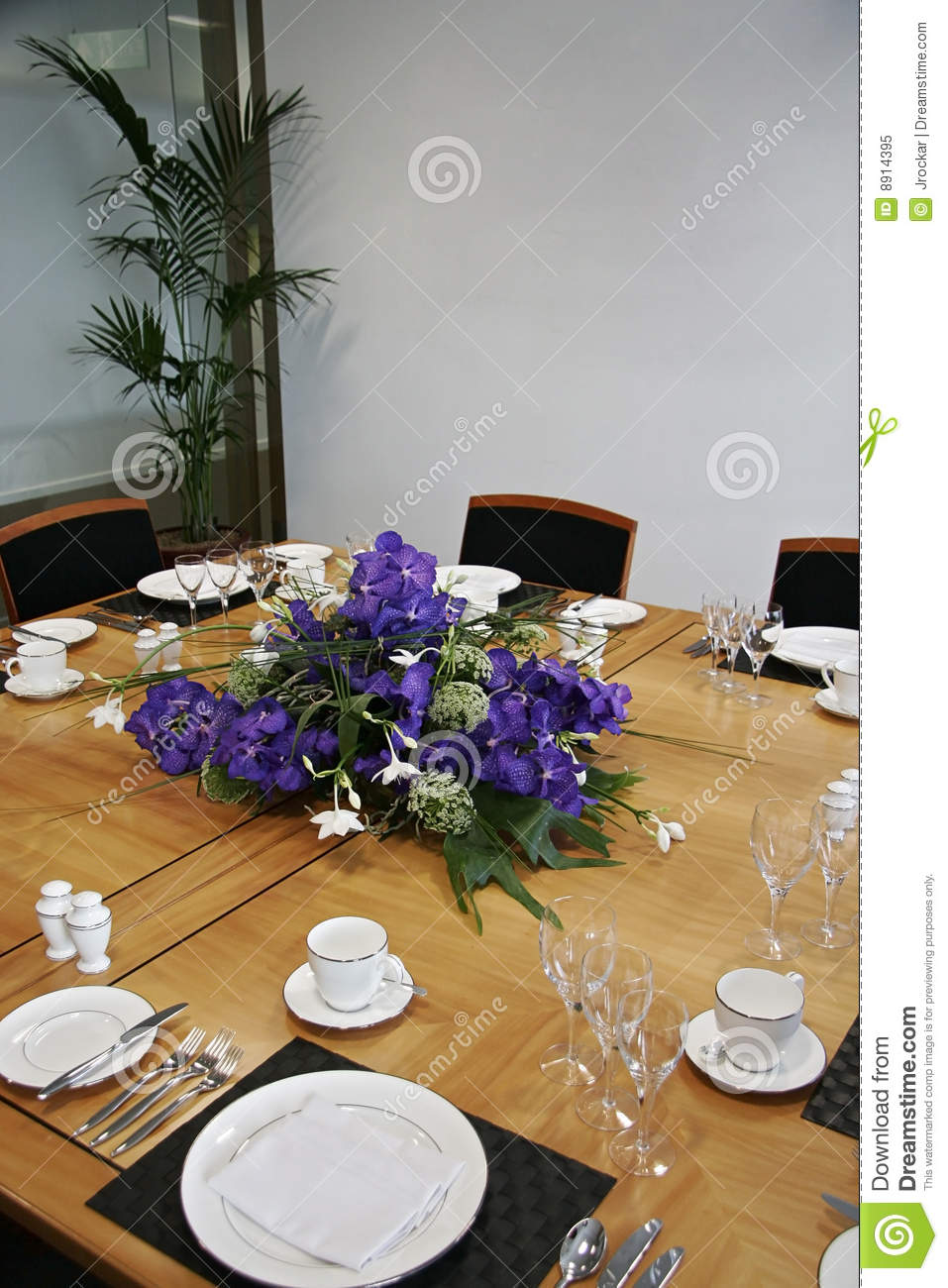 Restaurant table setup - Restaurant Table Setup With Cut Flowers