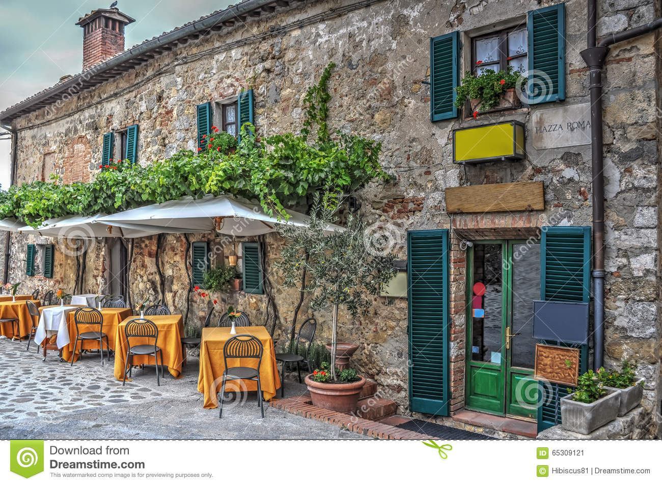 Restaurant tables in Moteriggioni